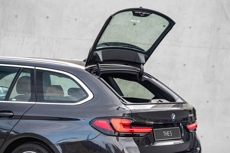 BMW Touring 車款獨有的獨立開啟式後擋玻璃,搭配 40 20 40 分離可傾倒後座椅背與電動後廂捲蓋。