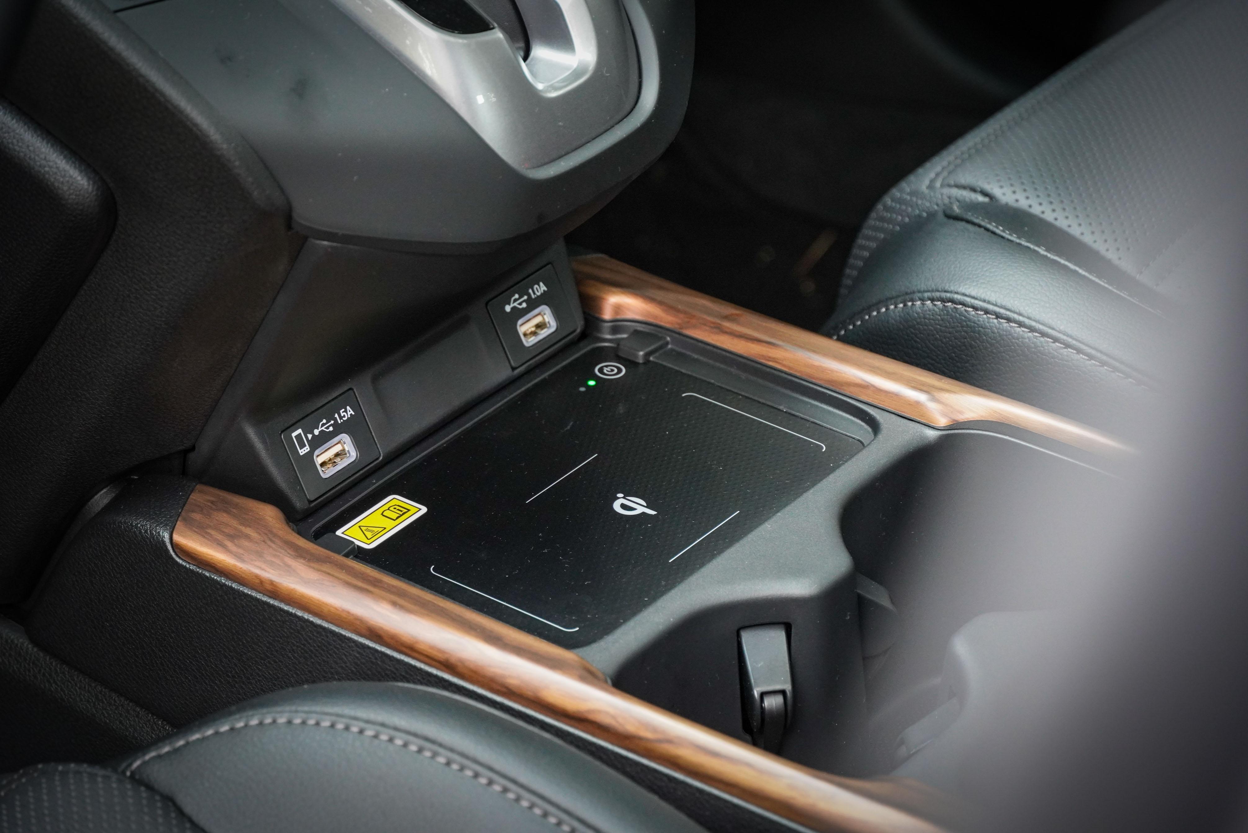 VTi-S 以上車型標配無線充電板。USB 位置也重新設計過。