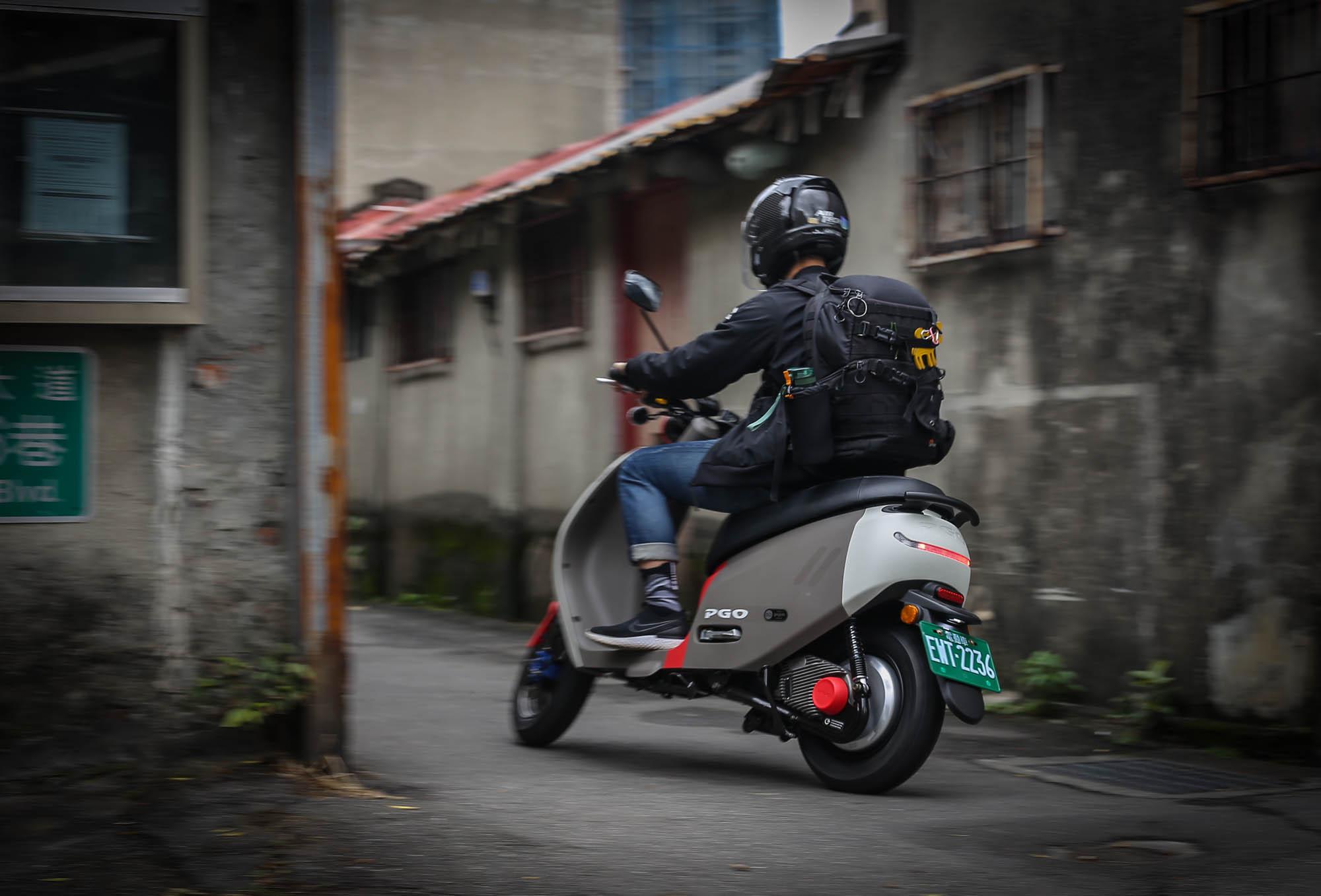 輕巧好操控,動力面於低速提速時相當輕快,短程代步相當適合,也相當適合在台灣的都會巷弄中穿梭。