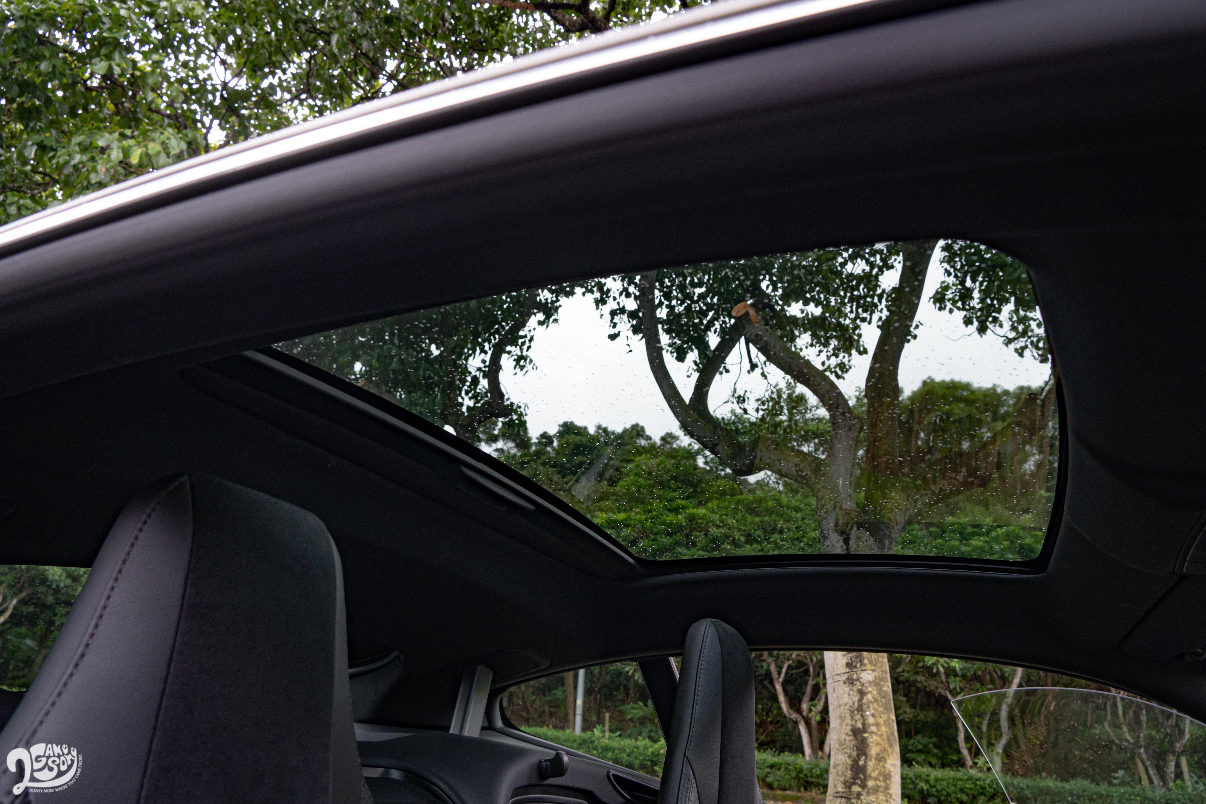固定式玻璃天窗為車內添增些許空間穿透性。