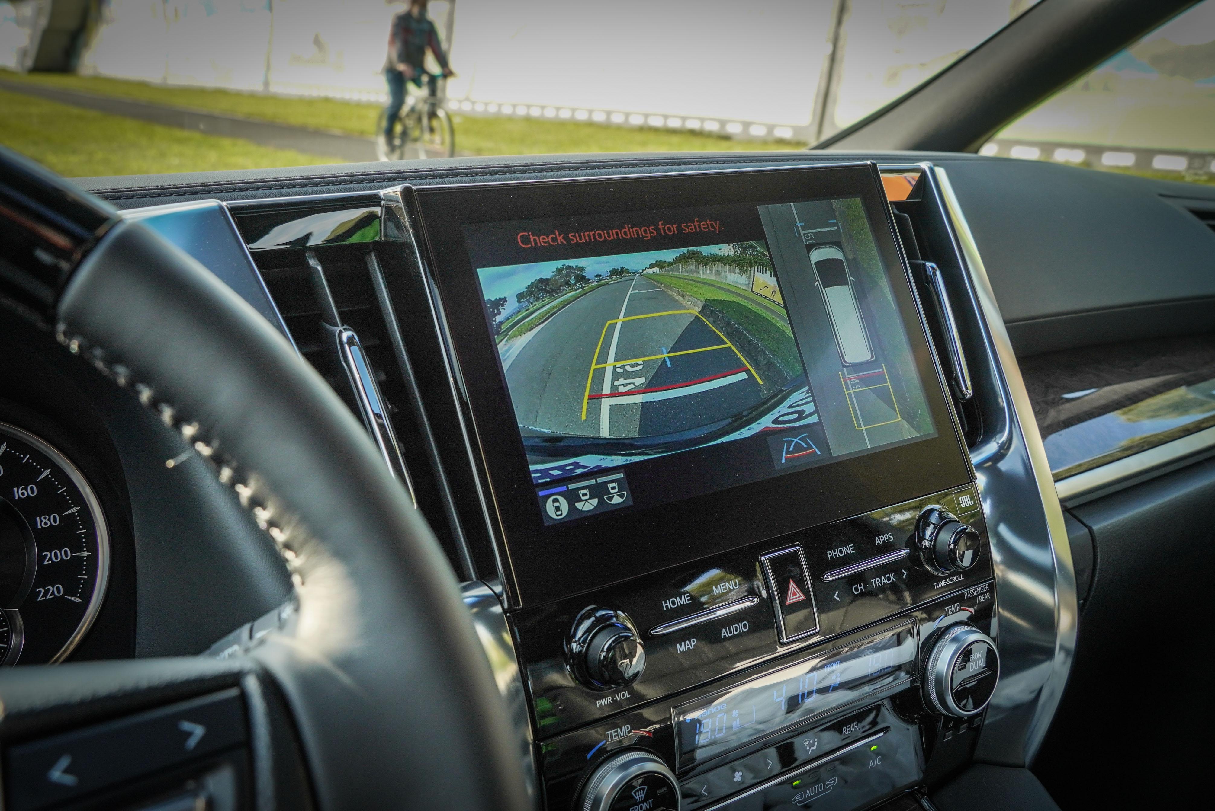此次改款重點為配備 TSS 2.0 智動駕駛輔助系統,共有 32 項安全防護系統,其中包含圖中顯示的 PVM 環景影像輔助系統。