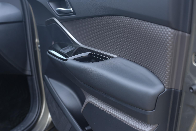 從此角度可以欣賞到 C-HR 多元的車內用料材質。