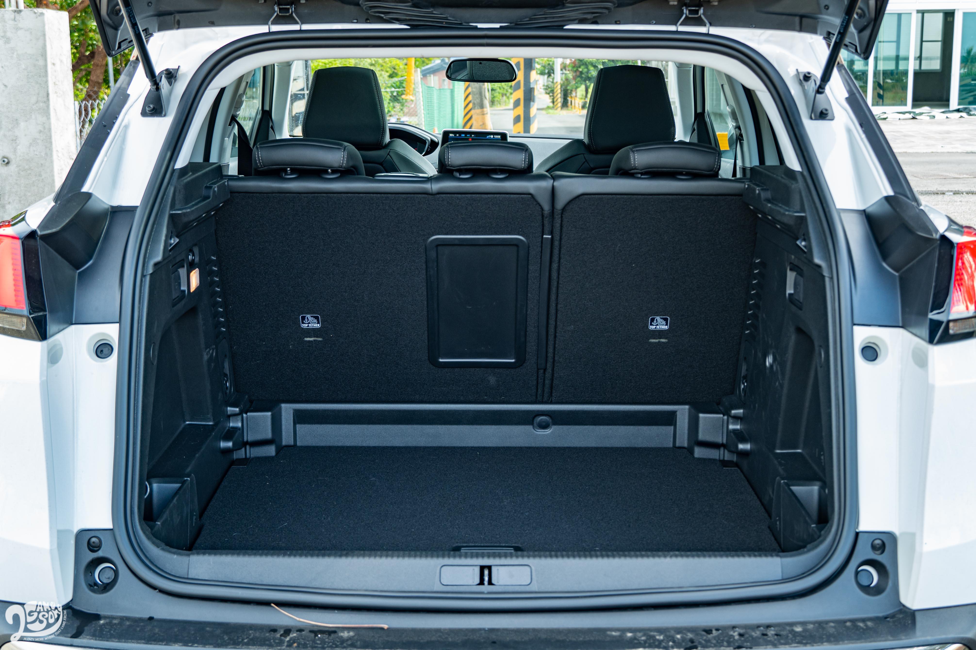 行李廂幾本容積為 520 公升,底板有兩層分隔。