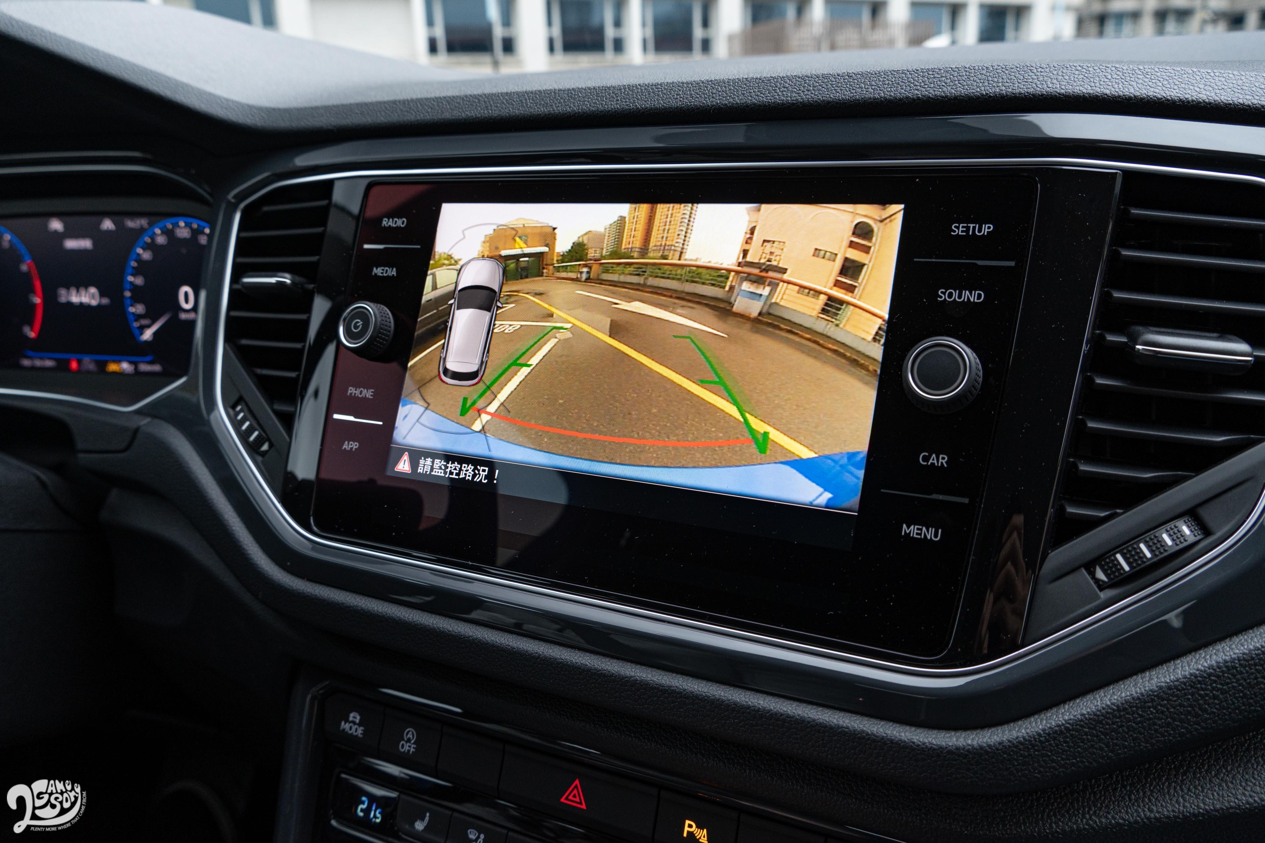 配備有 Rear Assist 顯影式停車導引系統。