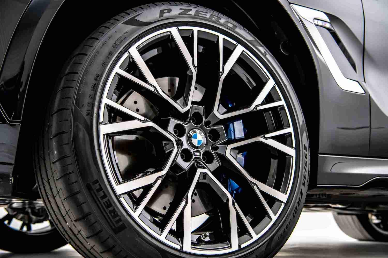 全新 X6 M 搭載專屬的前 21、後 22 吋 M 星幅式 809M 型輪圈。