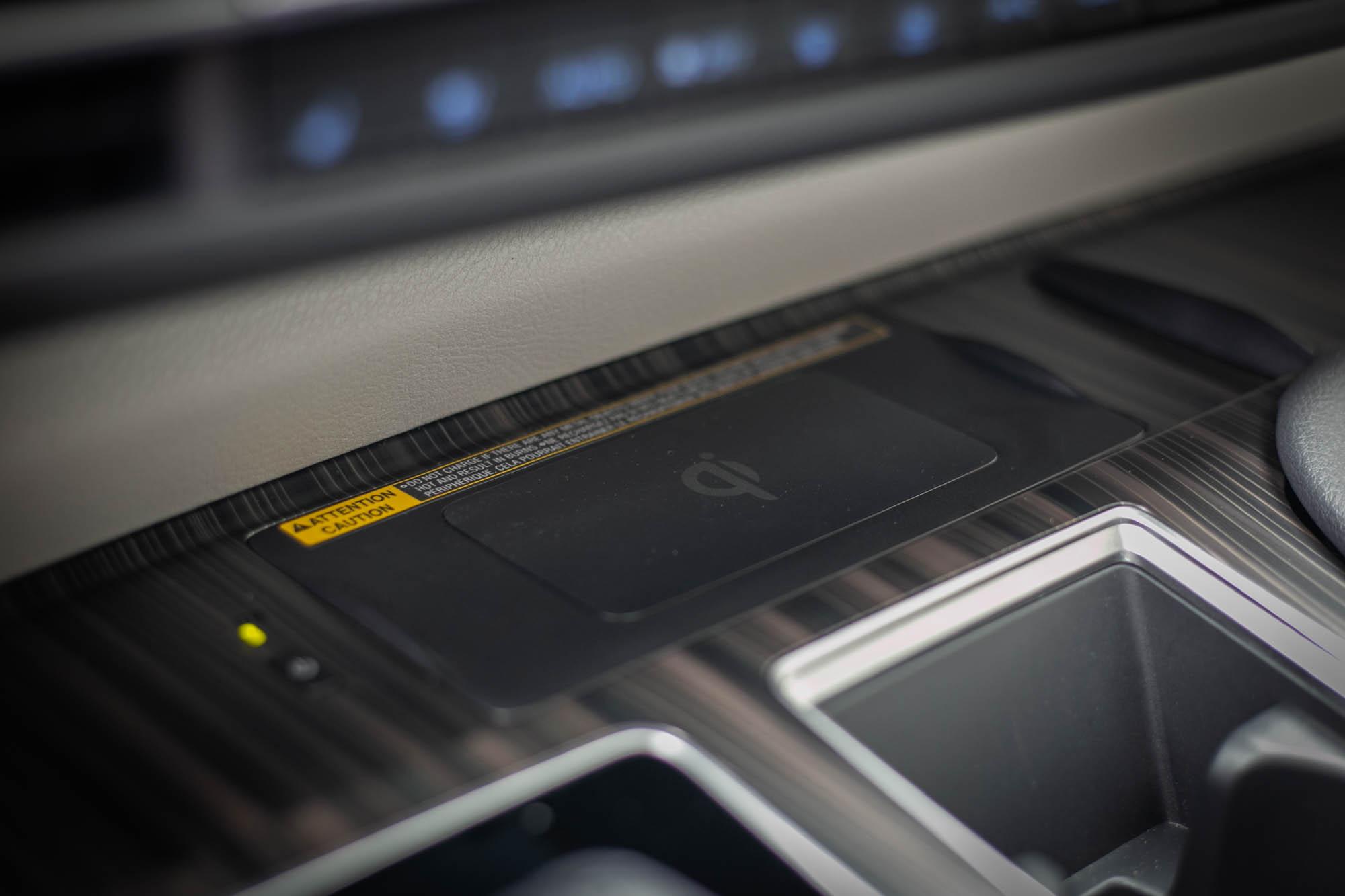 無線充電版設置在中控台中央。