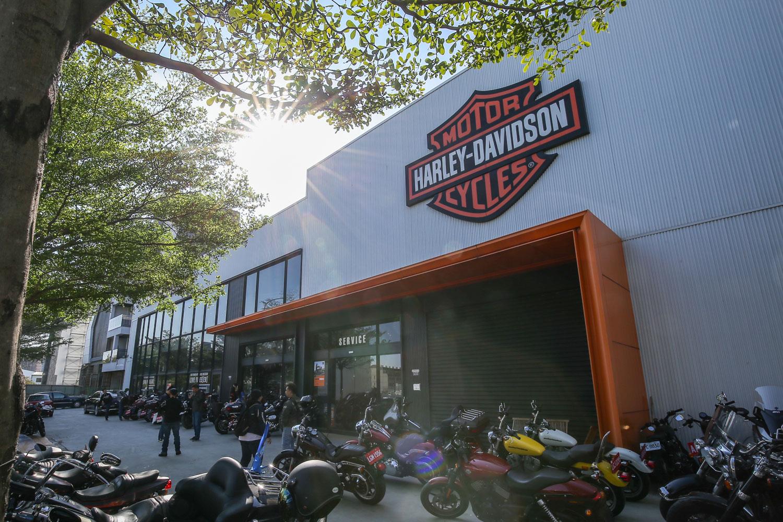 選擇在 Harley-Davidson 台中旗艦店所舉辦的 Panerai 錶展。
