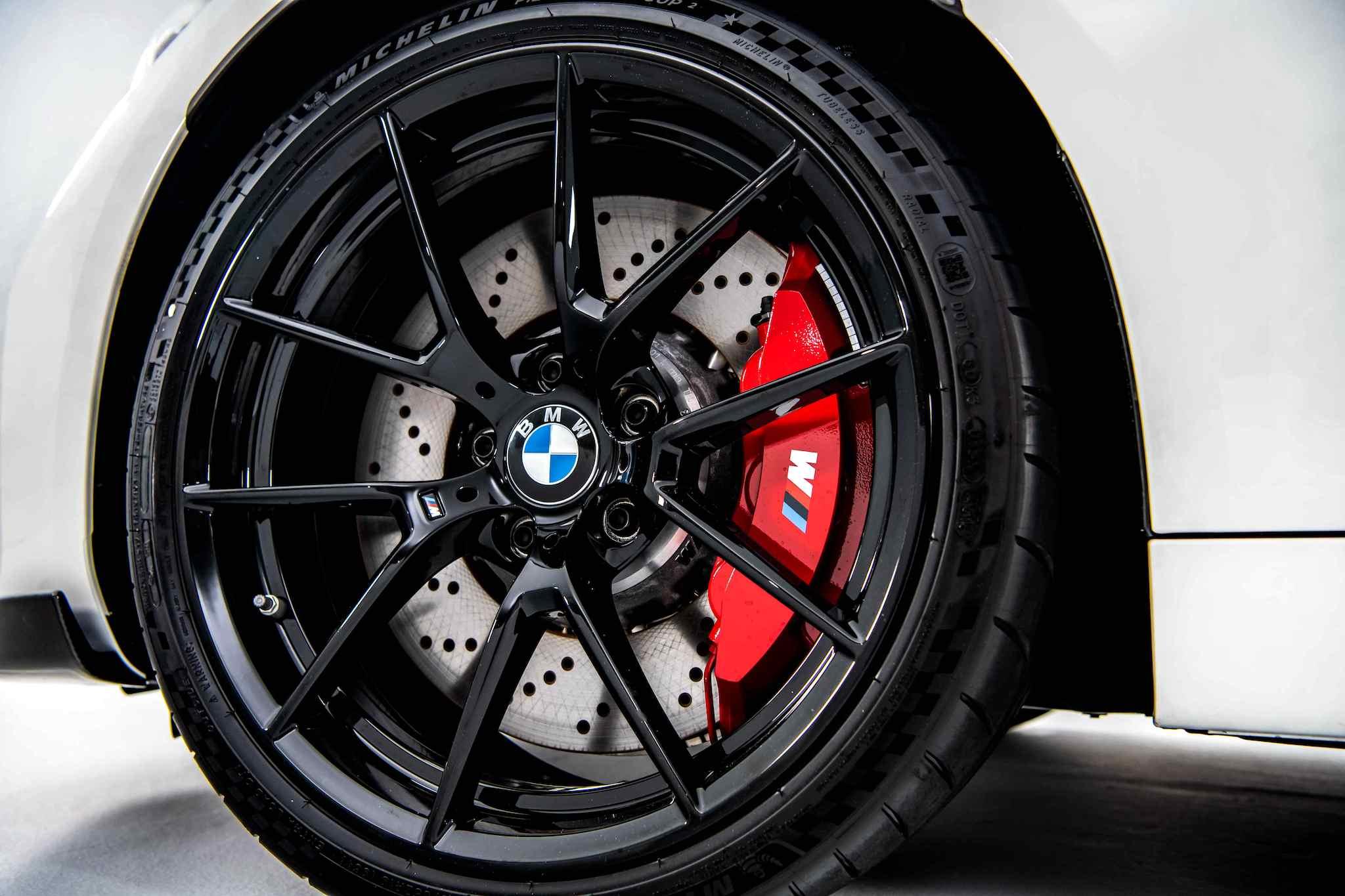 M2 CS 標準配備 19 吋黑色高光澤輕量化鍛造鋁圈,複合式通風碟盤與紅色造型前6後4活塞固定式卡鉗,搭配加大碟盤(前輪直徑400mm, 後輪直徑380mm)。