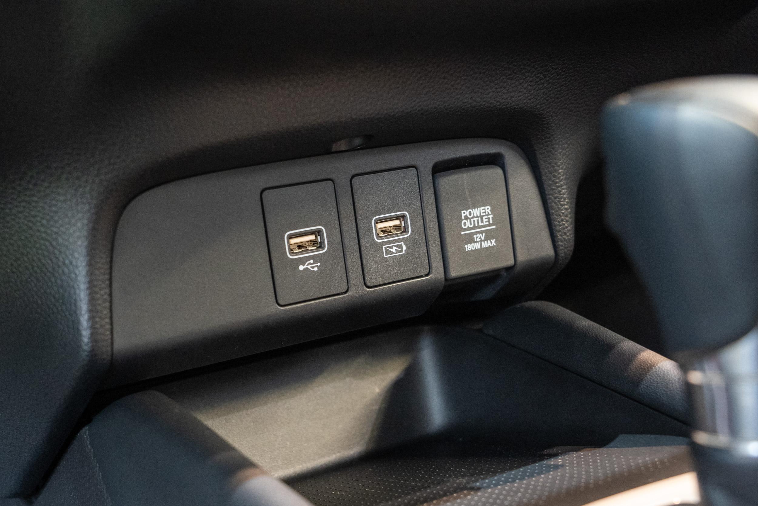 中控台下方的外接電源插座。