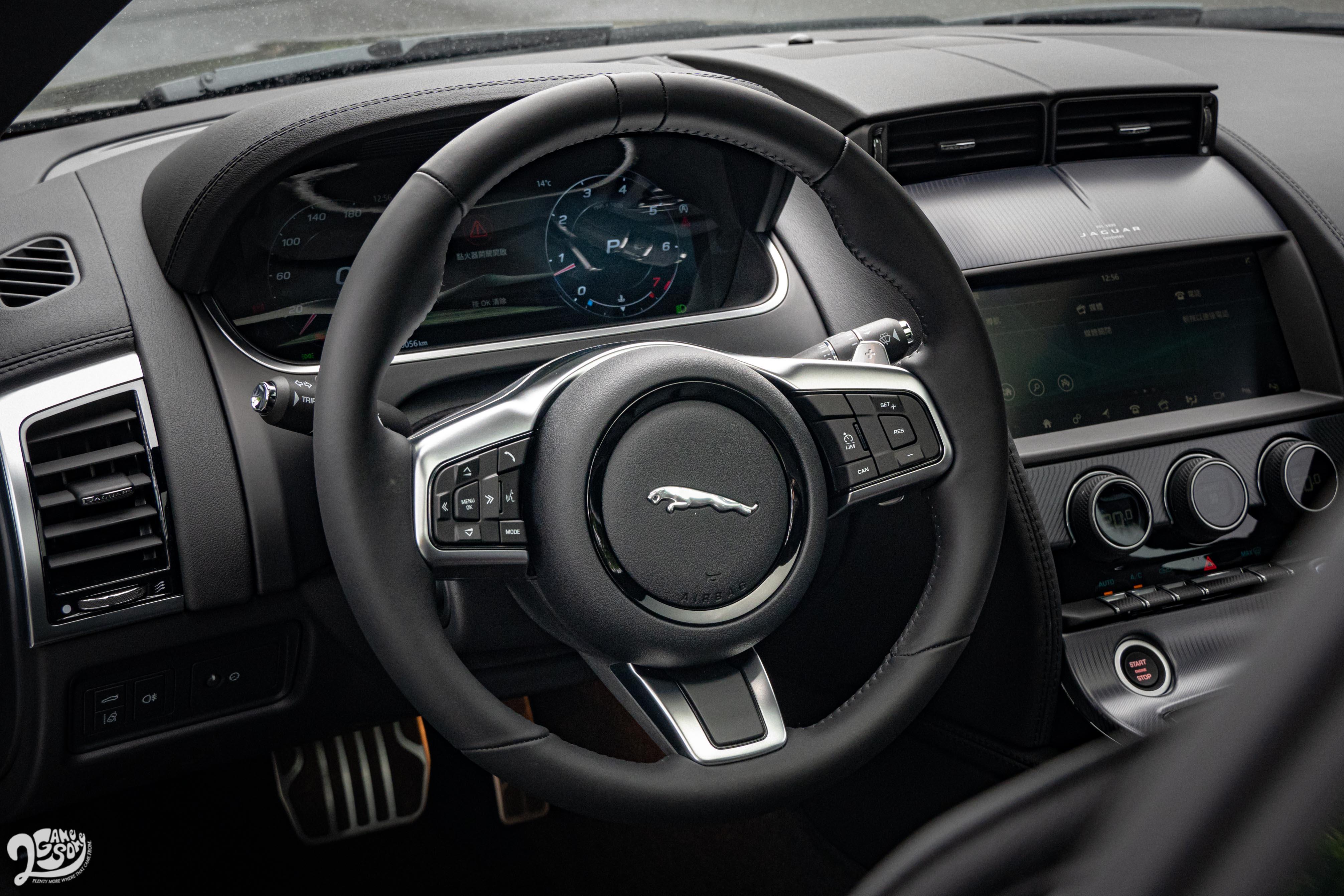 皮革包覆電動調整方向盤為 F-Type 車系標配。
