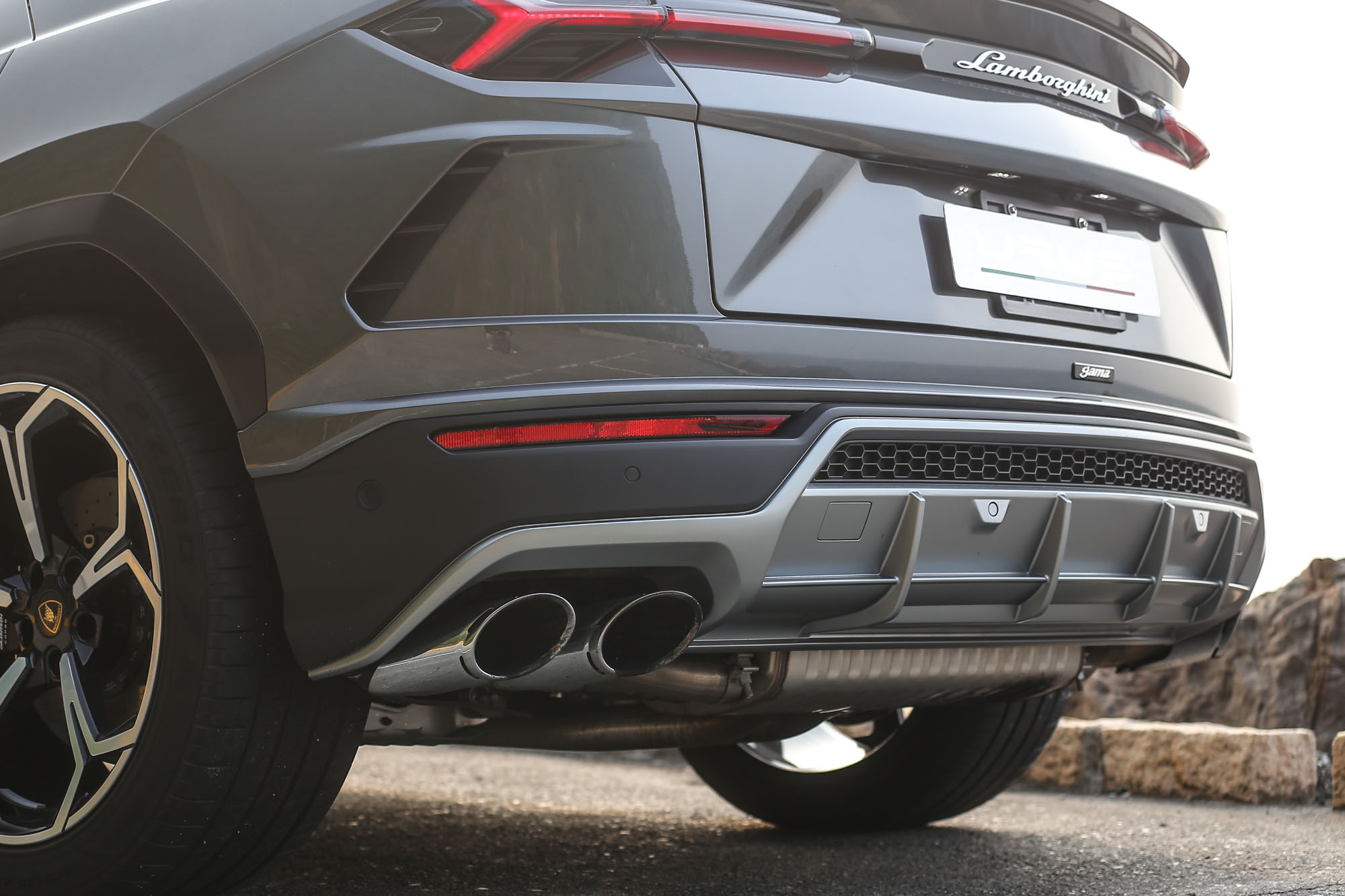 左右四出式排氣尾管加上後分流器造型,還有什麼比這樣的設計更適合一輛 Super SUV?