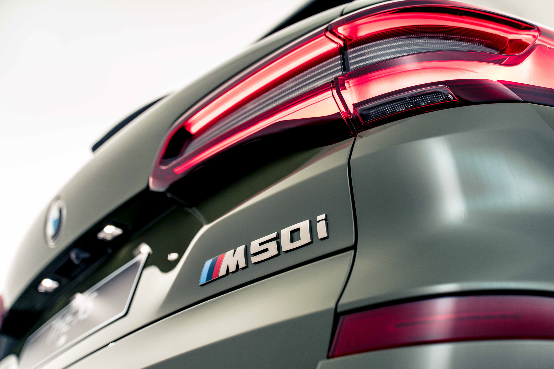 M Performance 專屬鈰灰色外觀套件在 M50i 車型的水箱護罩、車後視鏡蓋、矩形排氣尾管以及車尾 M50i 車型銘牌等處處可見