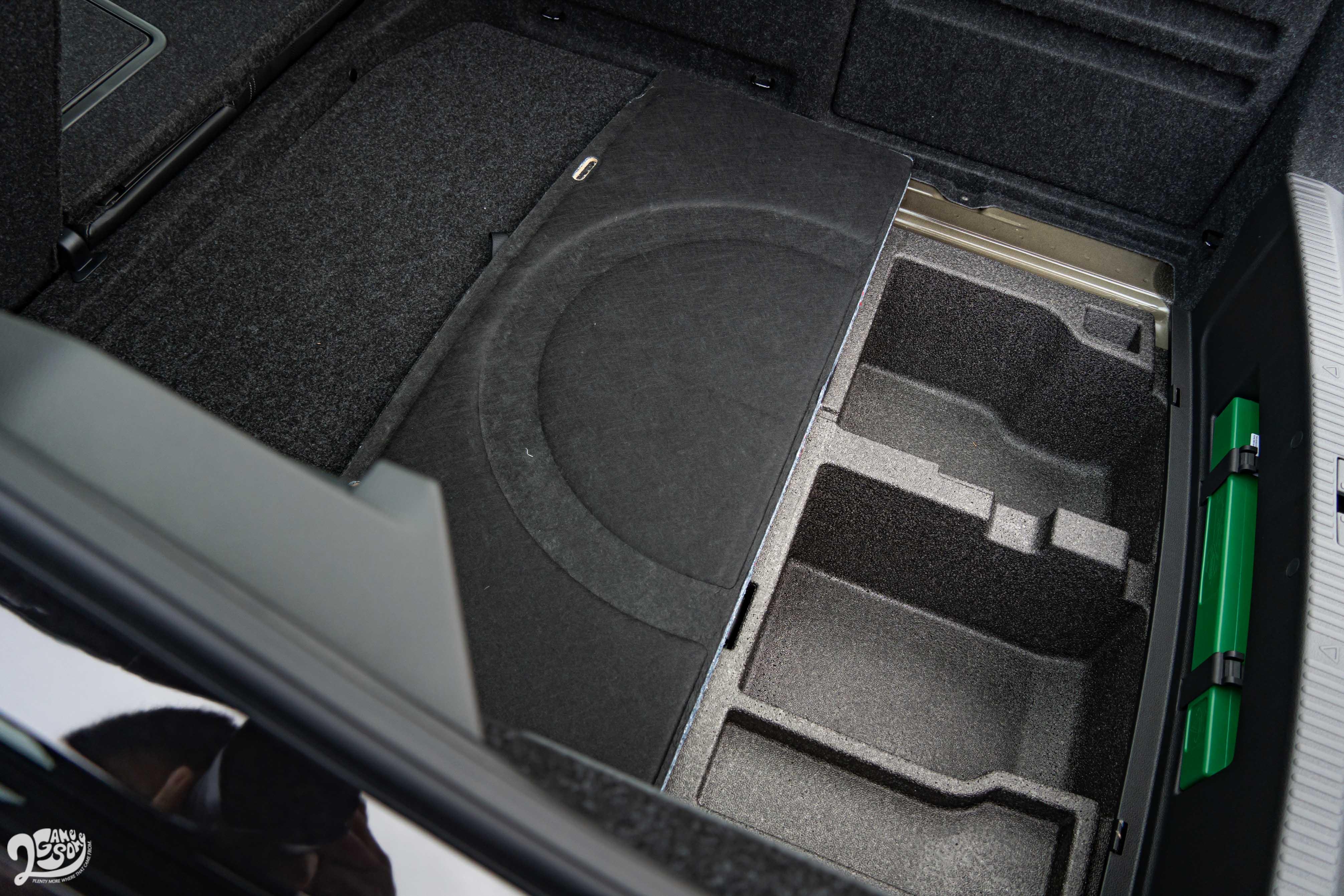 行李廂底板掀開還有置物空間。