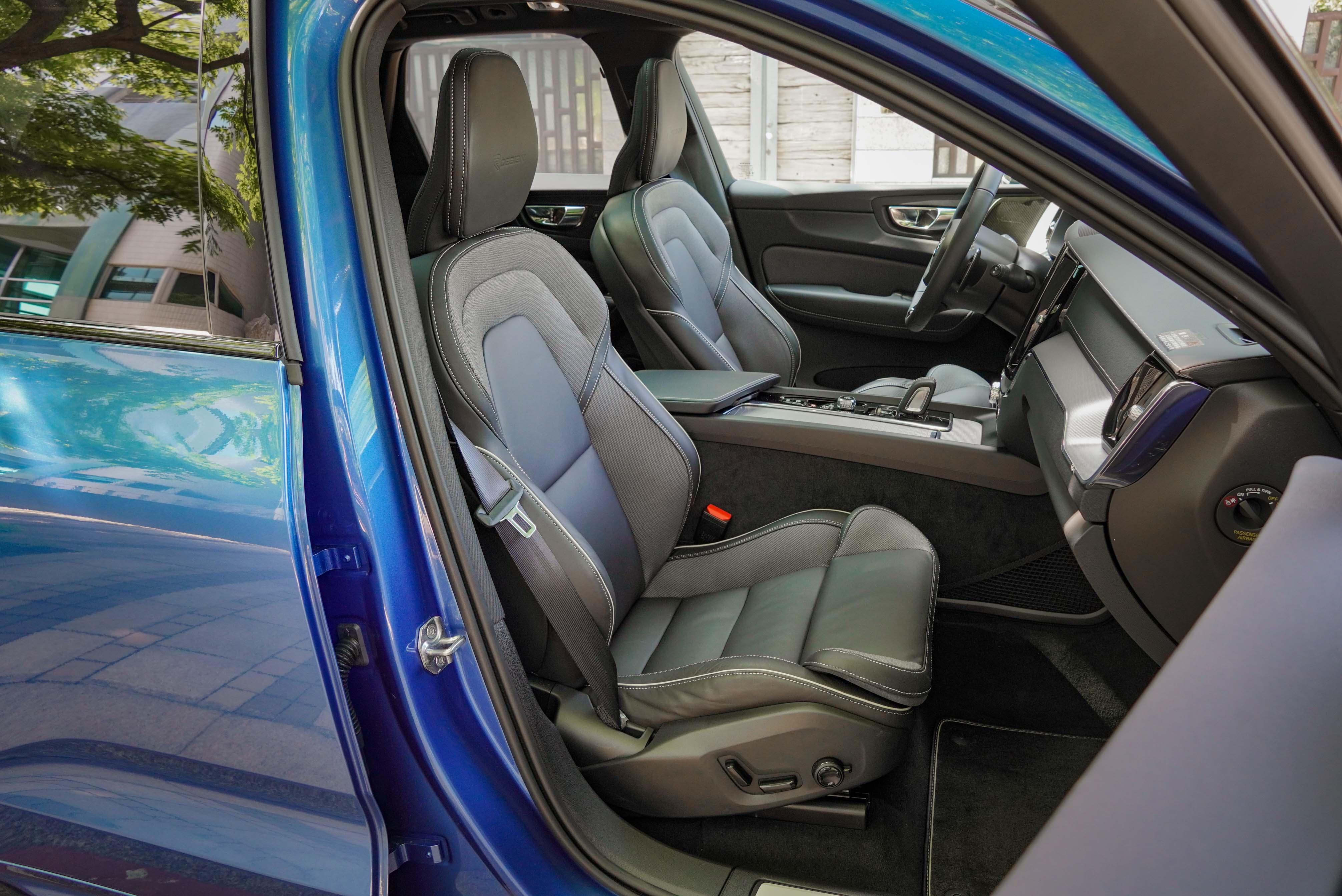 標配 Nappa 透氣真皮跑車座椅搭配運動織布。