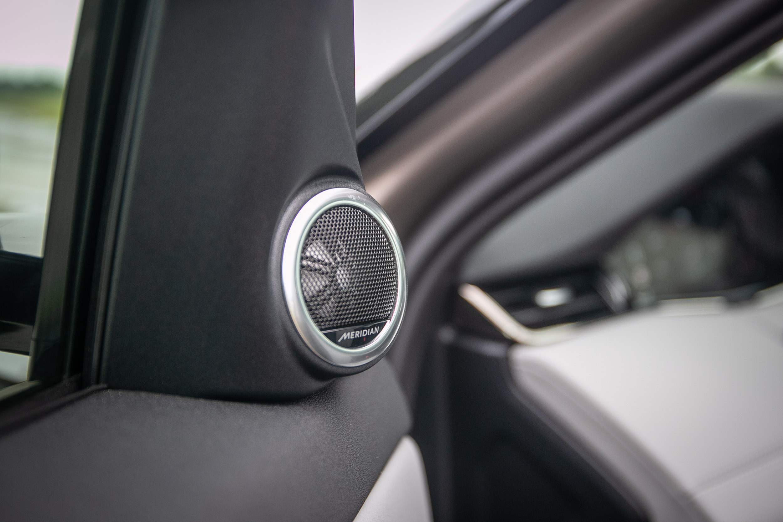 Meridian 400W 音響為頂級車型專屬。