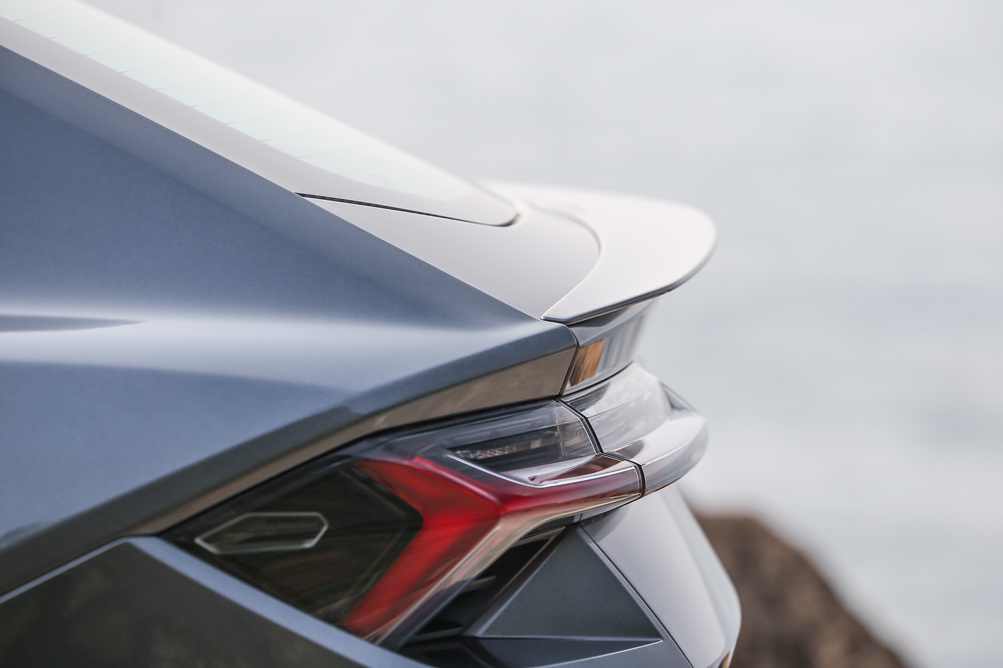 從此角度欣賞,可以發現到尾翼與尾燈造型的精妙,層層堆疊,相當精彩。