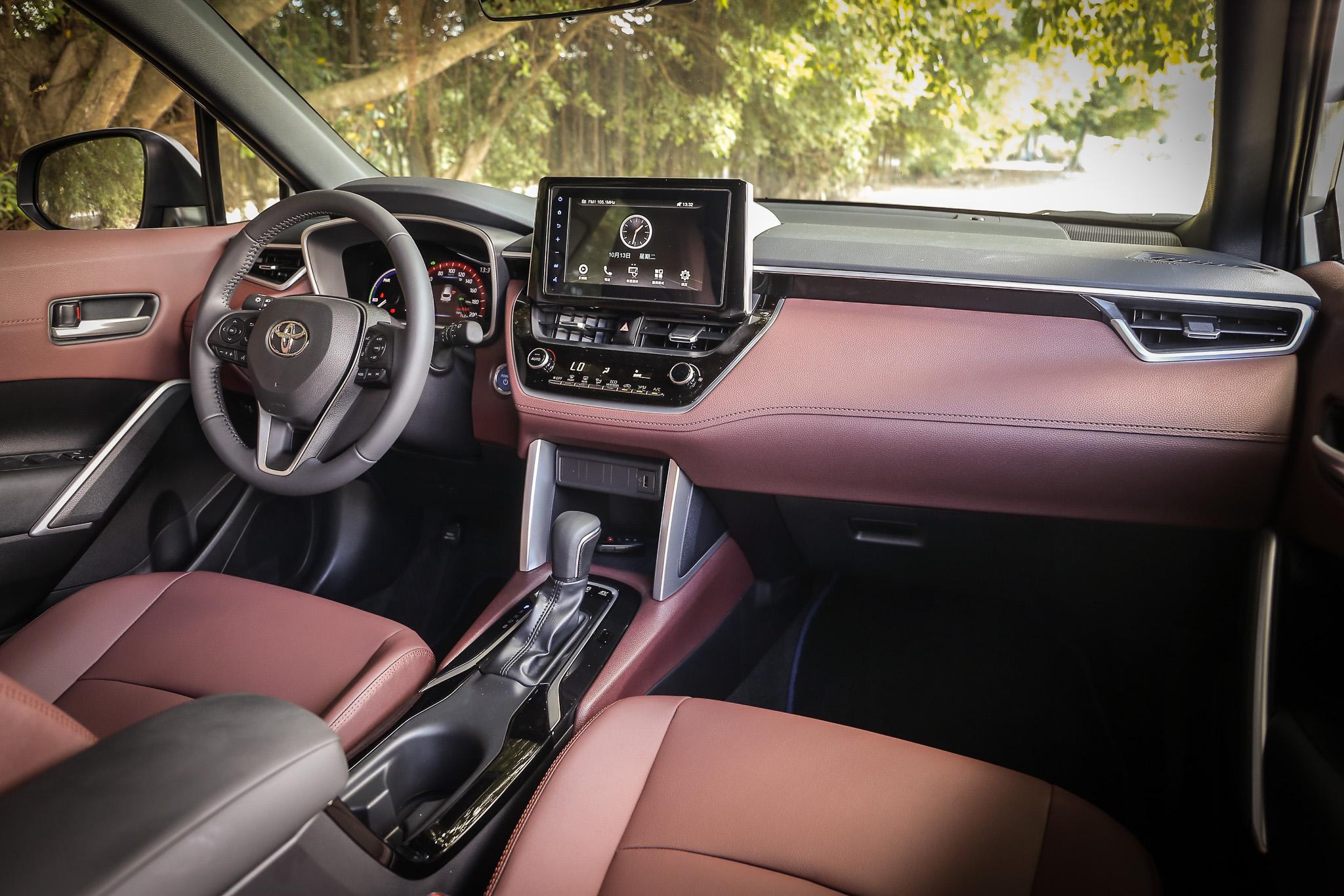 座艙設計風格與 Corolla Altis 相當雷同,透過中控螢幕的整合大幅簡化控制介面的繁複度,換來更好的空間與視野。