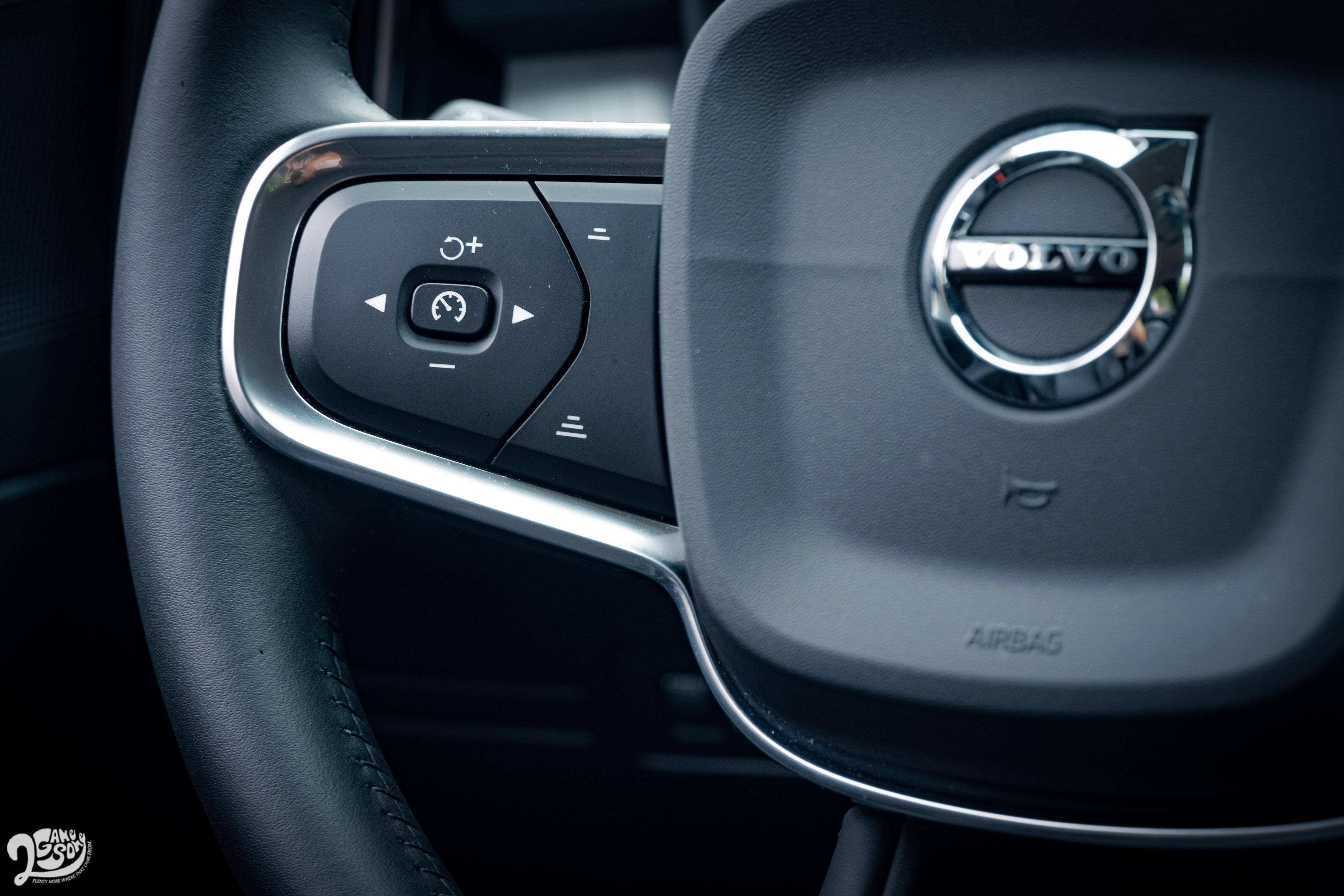 智慧駕駛功能由方向盤左側控制。