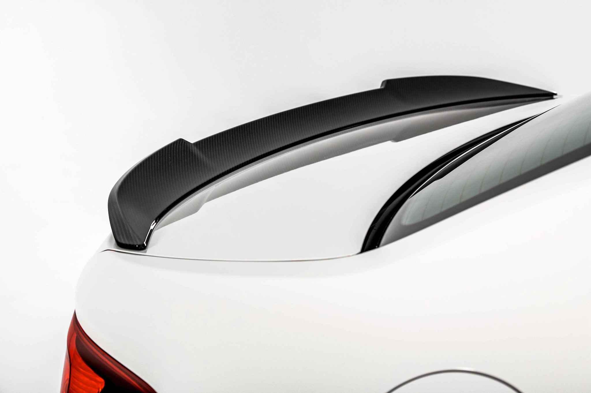 碳纖維 M 擾流尾翼除了讓 BMW M2 CS 更顯跑格化,更能確實產生下壓力,增加高速行駛時的車身穩定度。