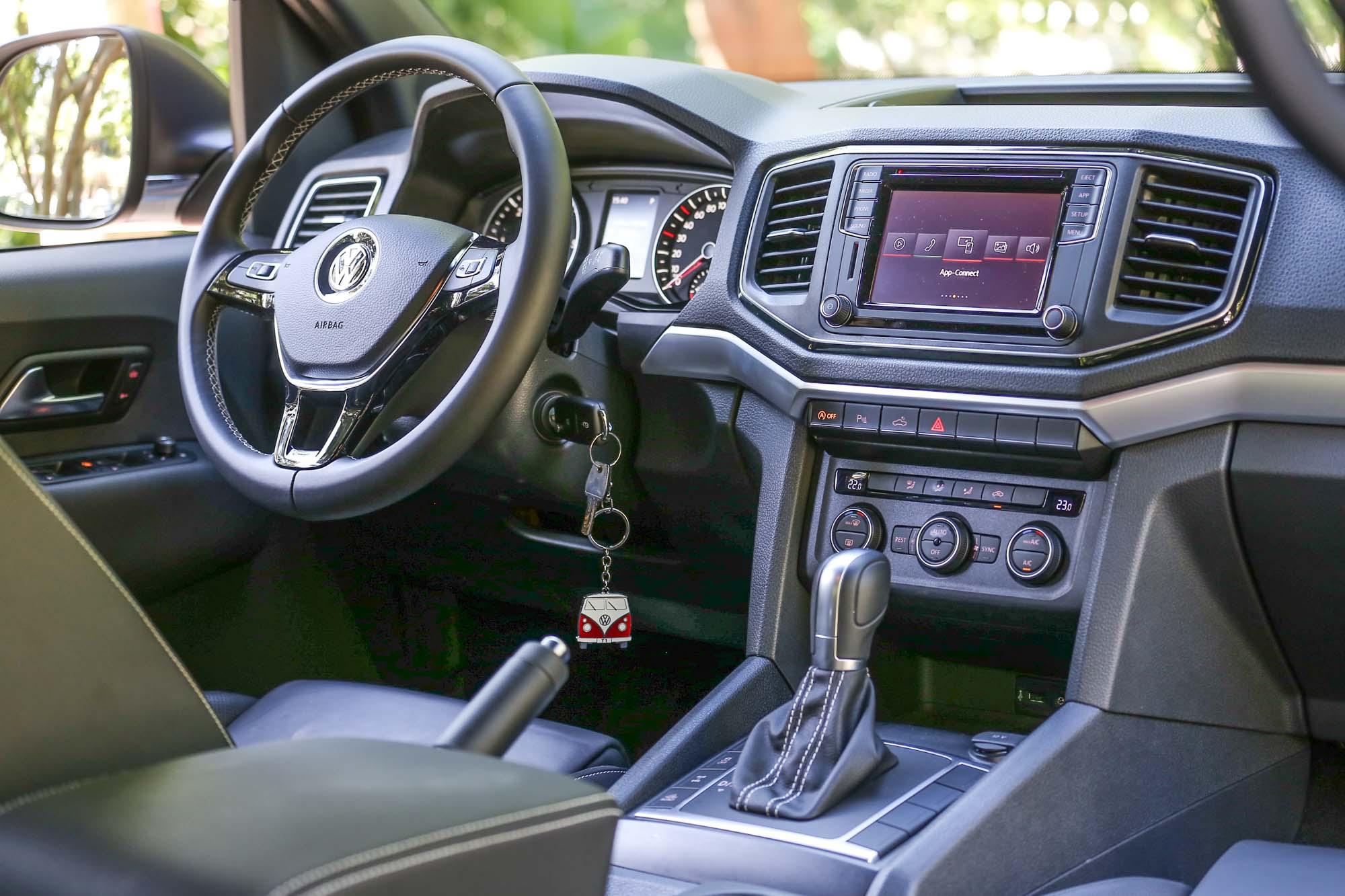 工整的內裝格局,充分展現 VWCV 的品牌風格,並於用料材質中更具質感,展現 Amarok Aventura 定位等級。 中控台的 Composition Media 原廠音響系統整合 6.33 吋彩色顯示螢幕與 APPConnect 手機多媒體連結功能。