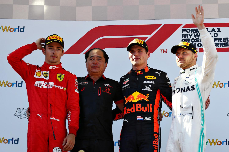 Honda 技術監督田邊豐治(Toyoharu Tanabe)與 Max Verstappen 同上頒獎台。