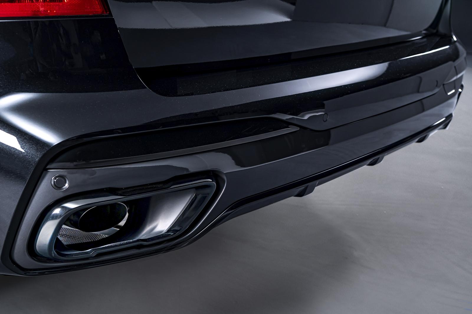 M 款運動化排氣系統與黑色高光澤排氣尾飾管均為 BMW X7 Dark Knight曜黑版標準配備。