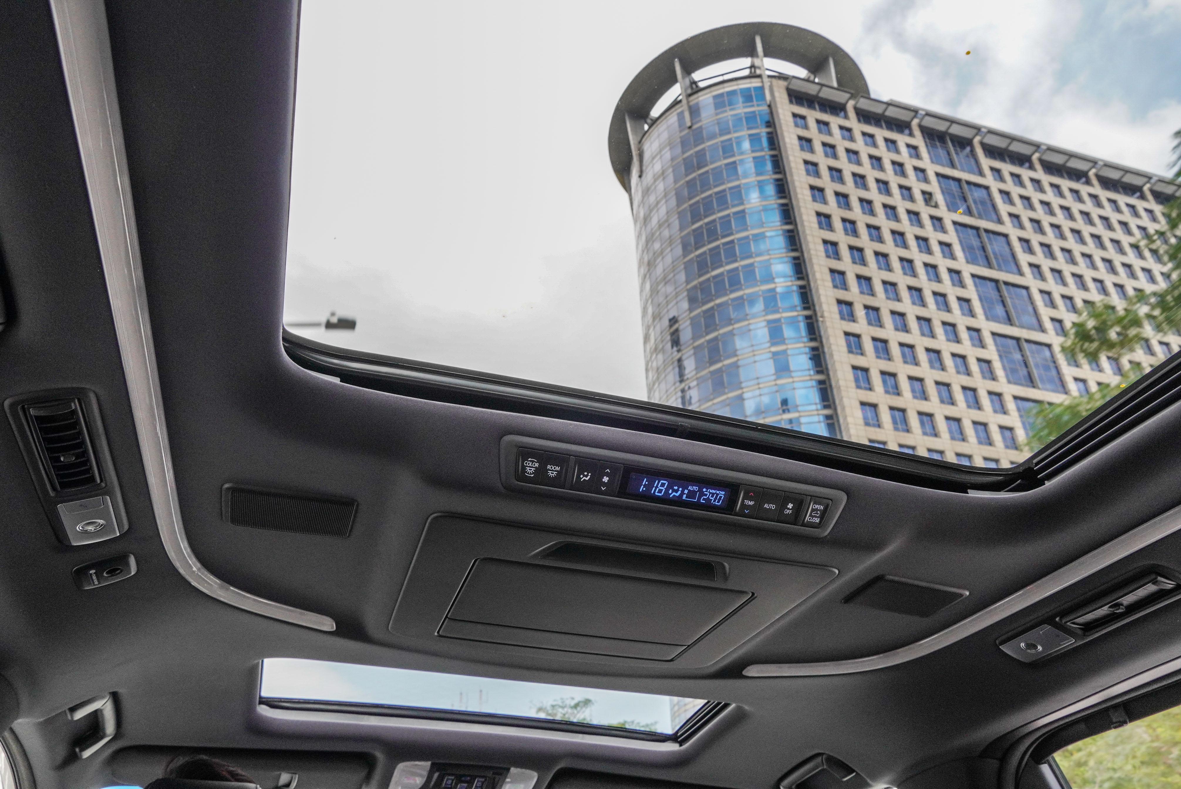 採取前後雙天窗配置,並配備智慧型三區獨立恆溫空調系統(雙前座+後座)。