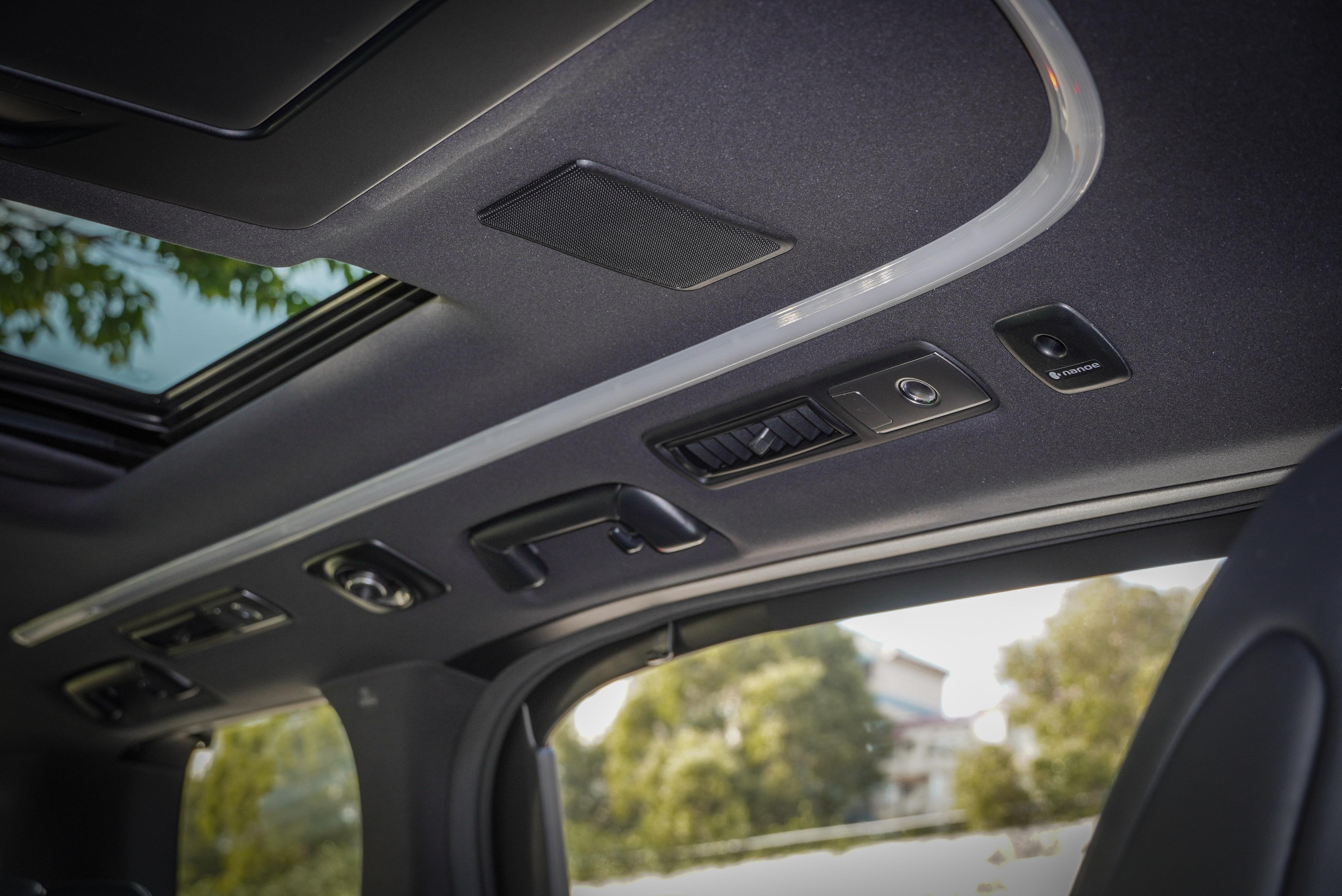 座艙內配備有 LED 光條式車室氣氛燈。