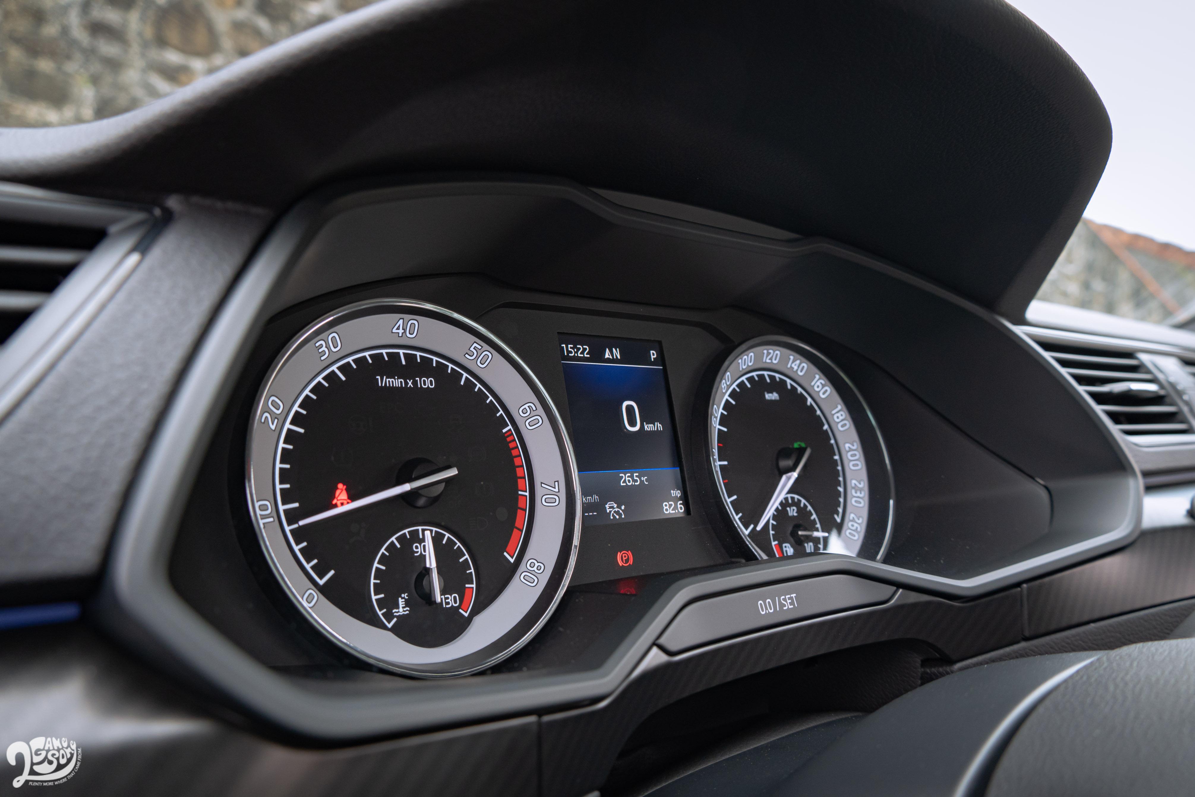 若不滿足於標配的雙環式儀表,可以再選配近似於 Volkswagen、Audi 的全數位儀表。