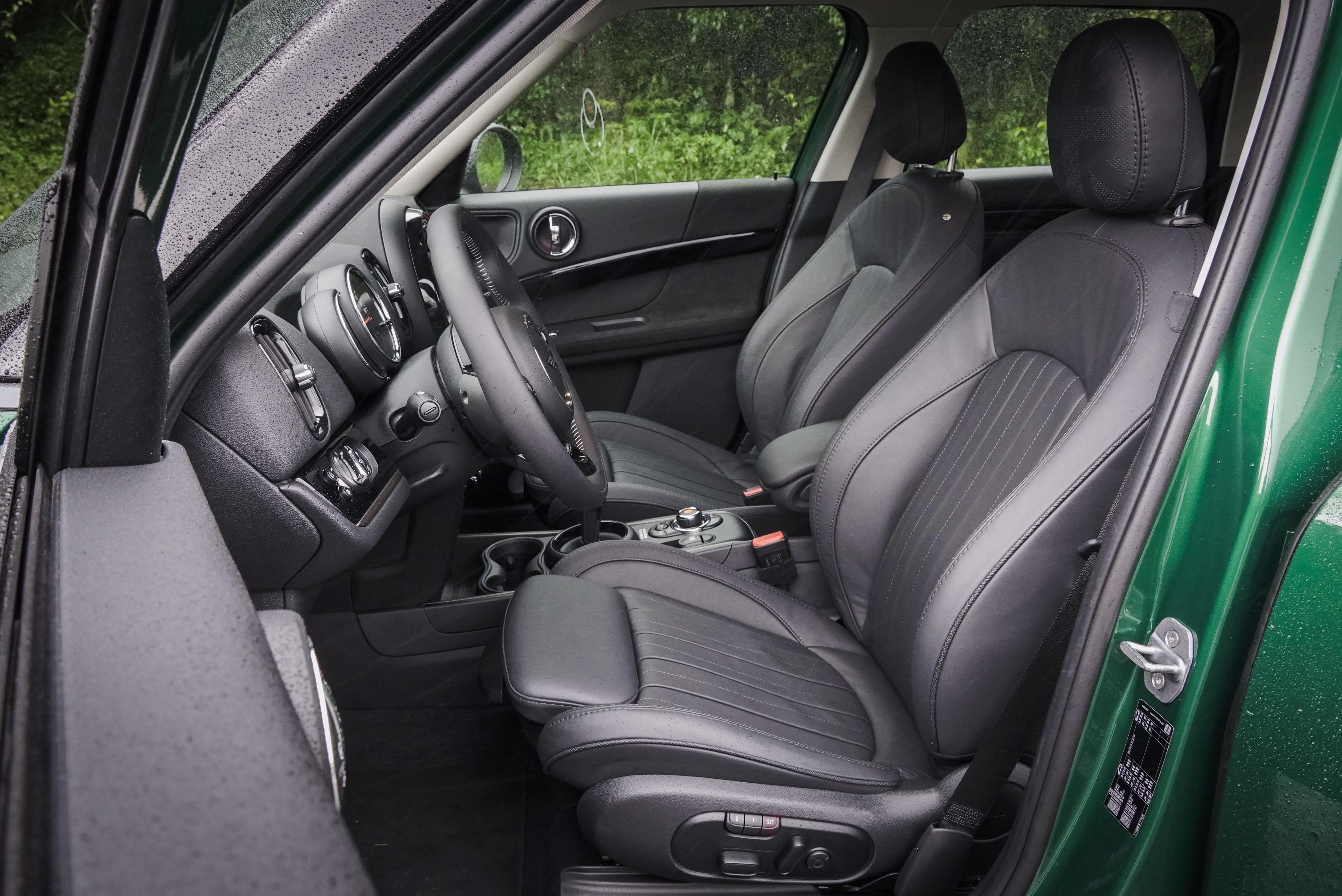 雙前座電動調整記憶跑車座椅為標配,MINI Yours Lounge 真皮內裝為野營版套件內容。
