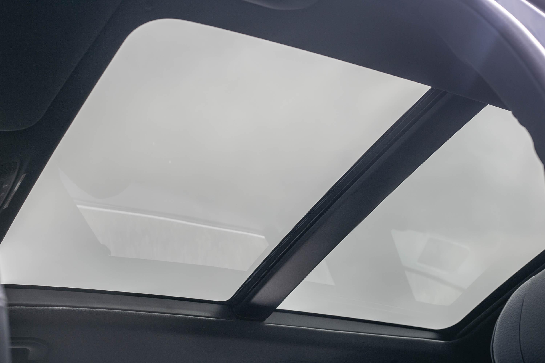 全景式電動玻璃天窗為 GLS 車系標配。
