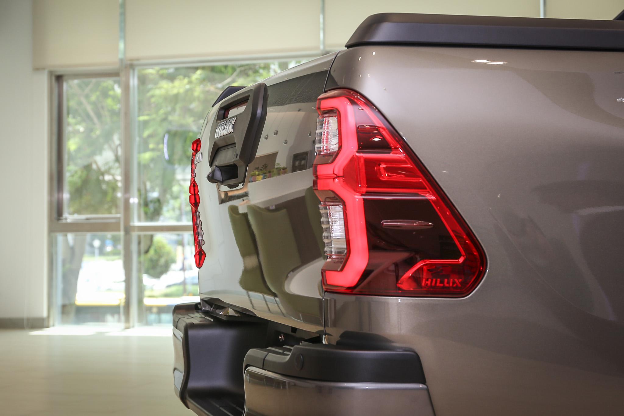 車尾門以六角形飾板呼應車頭造型。