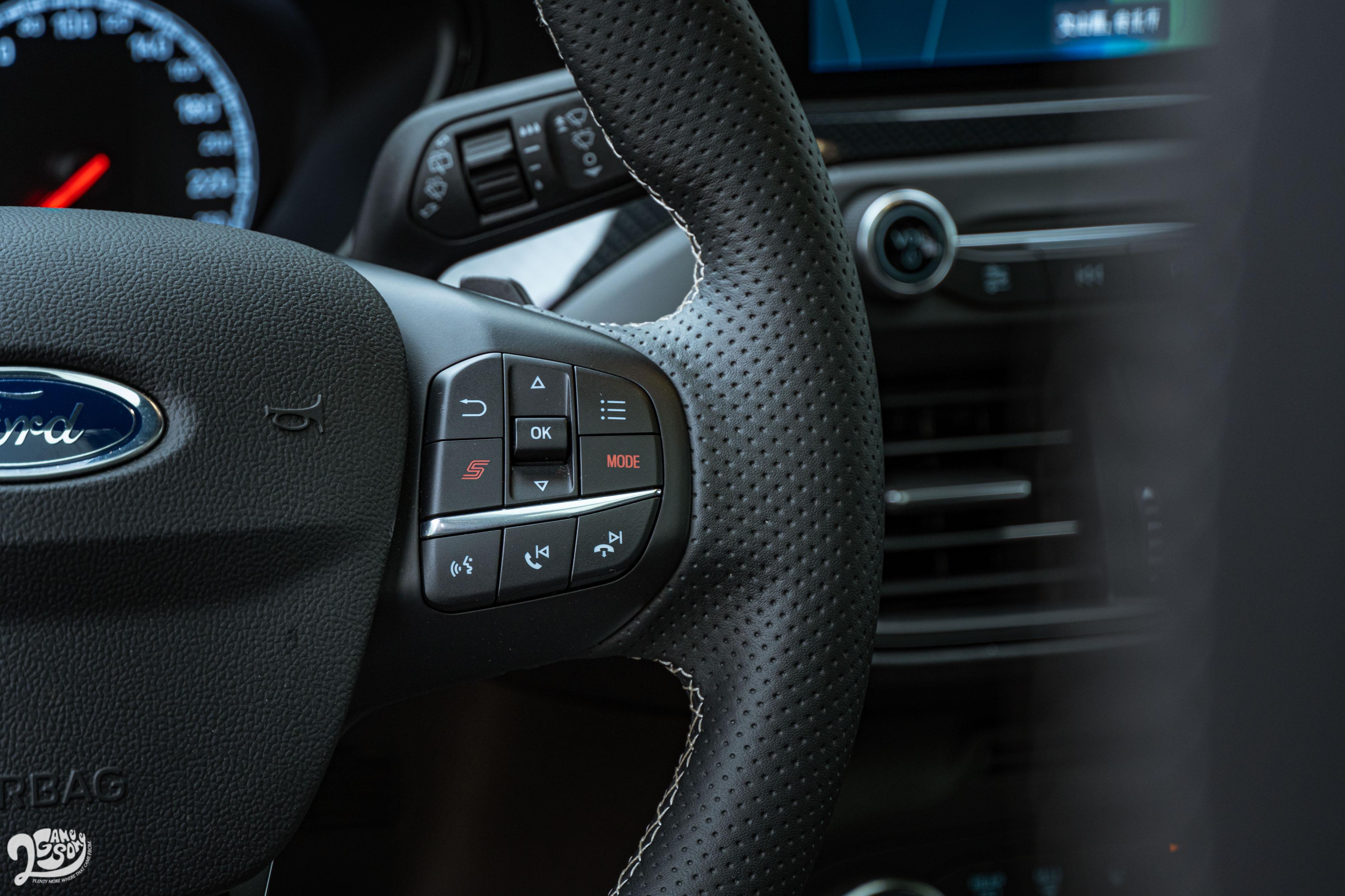 方向盤右側有模式切換鍵與「S」運動模式快捷鍵。