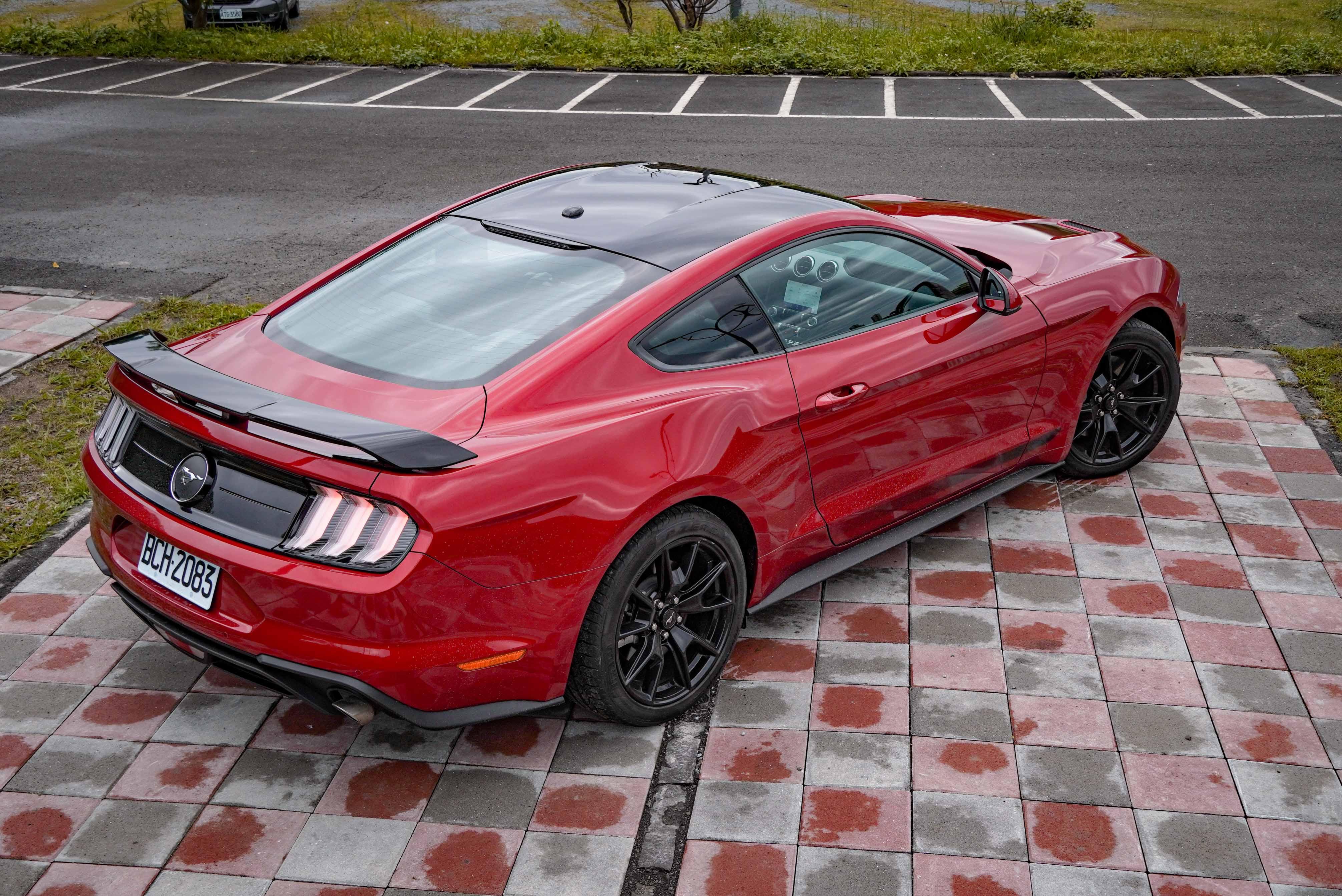 黑色車頂、車側飾條、擾流尾翼。