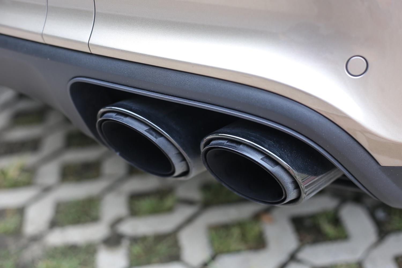 選配了黑色塗裝的跑車排氣尾管,取代了 Cayenne Turbo 原本配備的左右雙出專屬方形式樣。