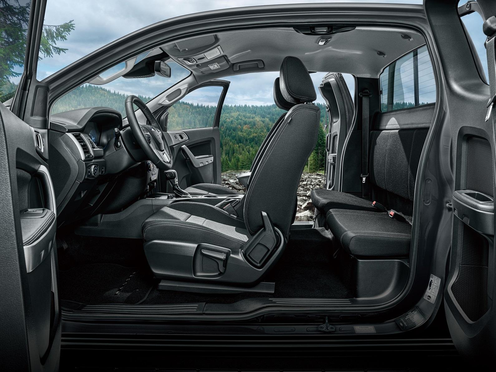 21 年式 Ford Ranger職人型採用獨特的一廂半車身座艙與中央對開式車門設計,採用富有多元應用的2+2四座車室空間配置。