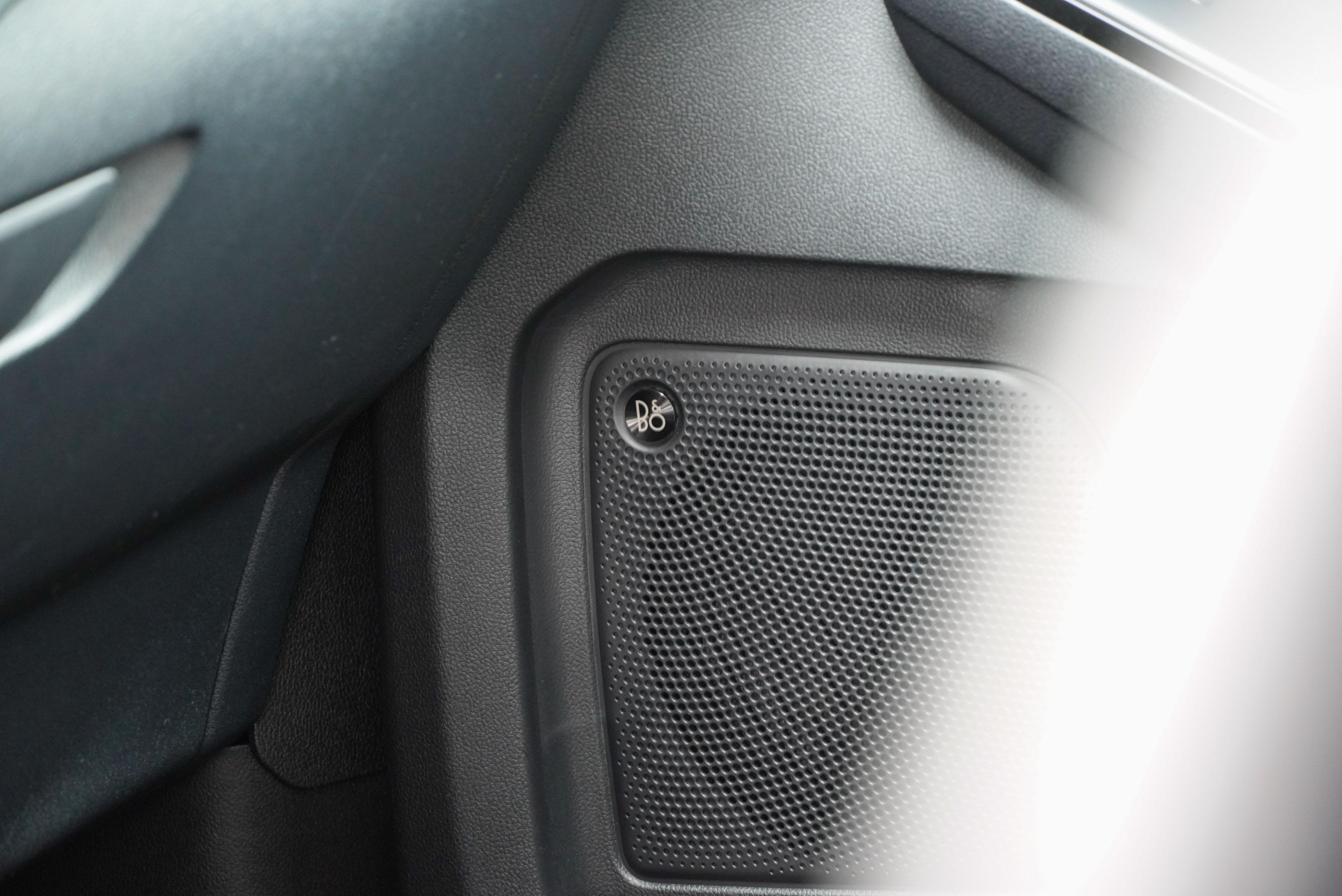 Kuga ST-Line 標配 10 支揚聲器的 B&O 音響系統。
