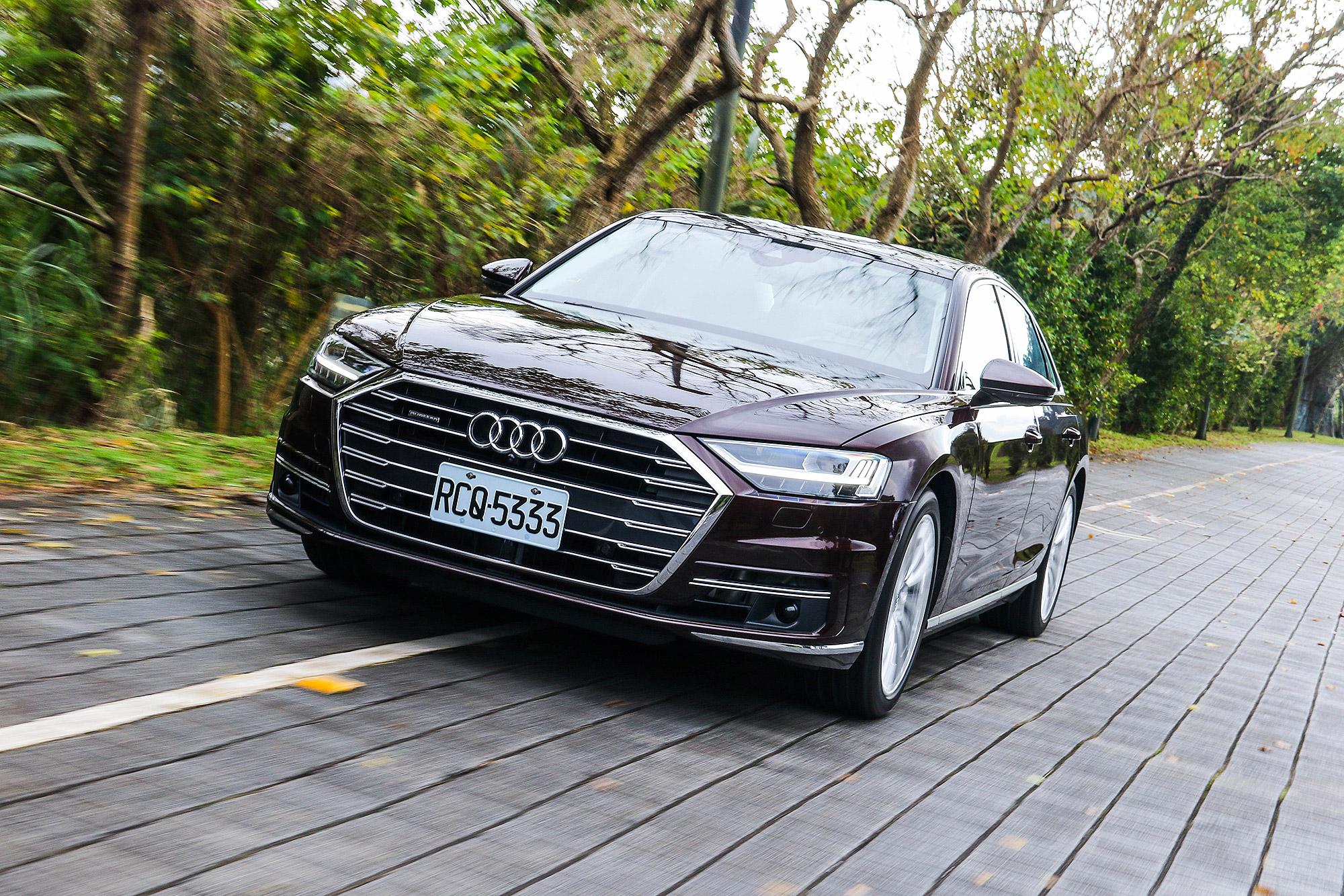 距離新世代 A8 首度在台灣現身將近 2 年, Audi 的旗艦房車終於正式開賣。
