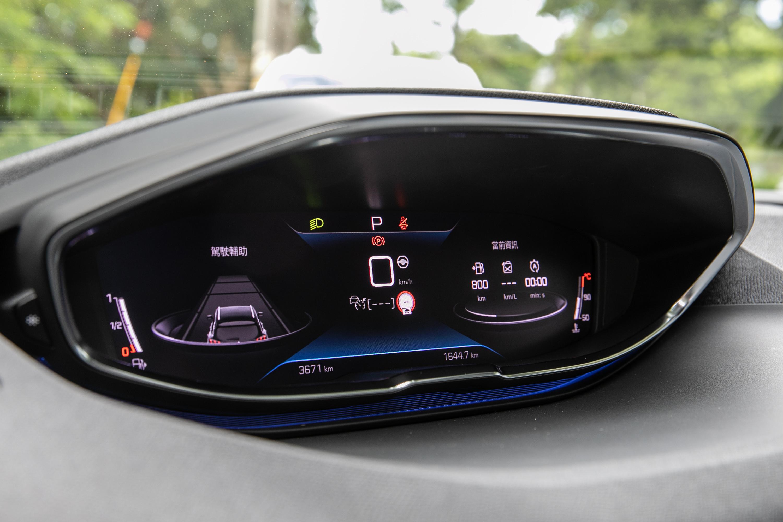12.3 吋全彩數位儀表顯示幕的造型與其他品牌頗有不同。
