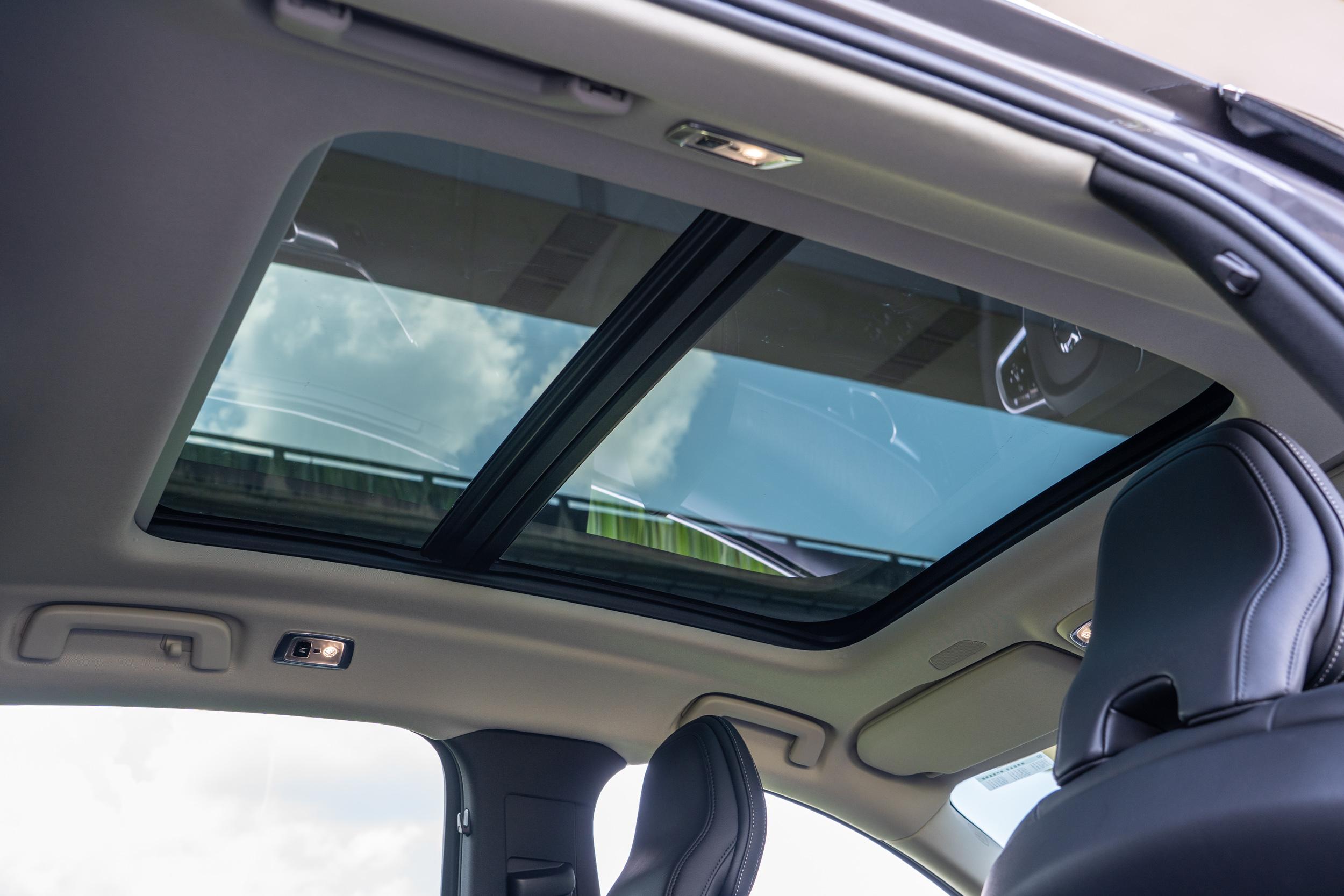 小改款 S90 標配全景電動天窗。