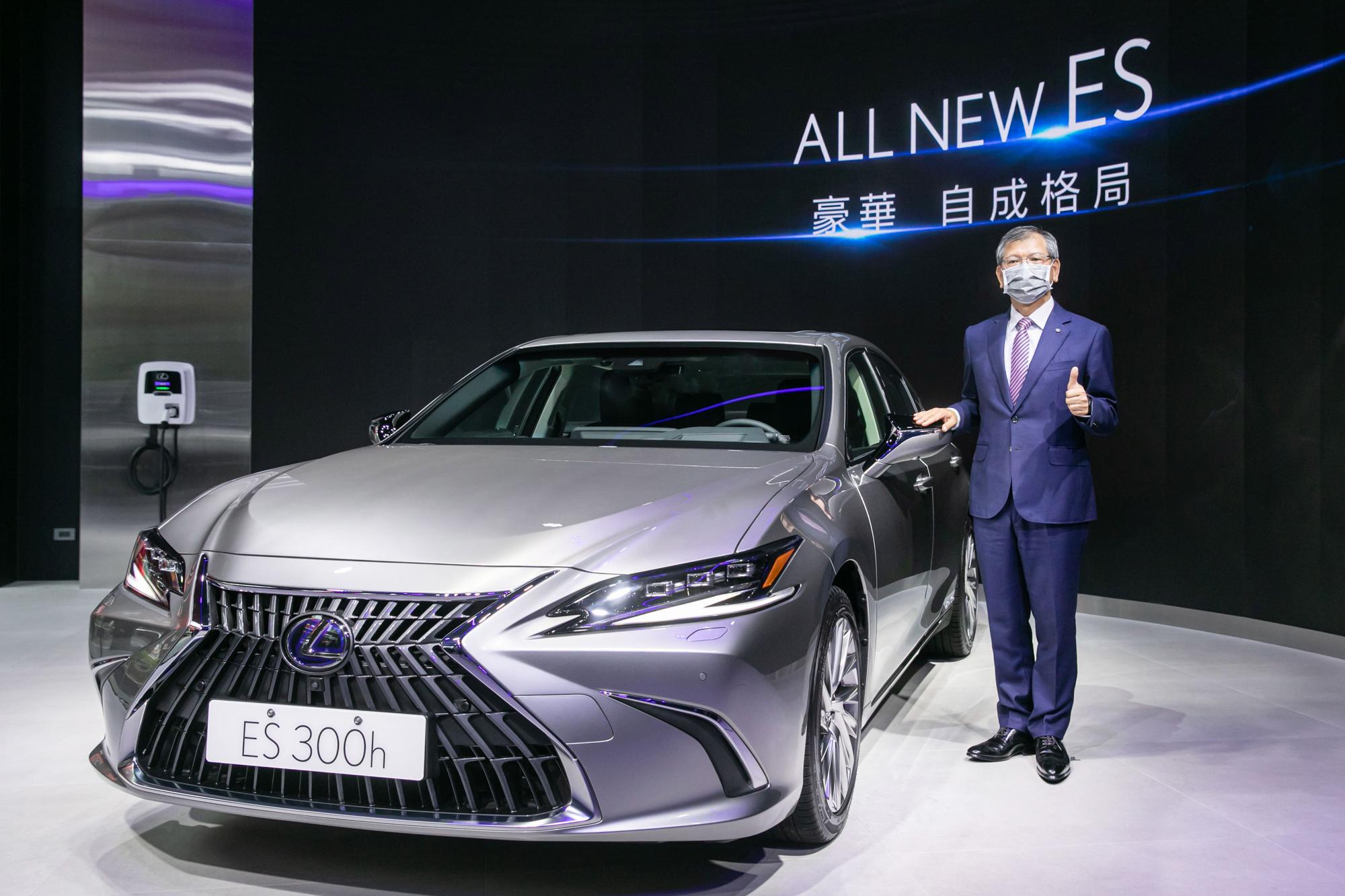 和泰汽車 Lexus 營業本部賴光雄本部長, 於 LEXUS ELECTRIFIED 品牌概念店宣布小改款 ES 正式上市。