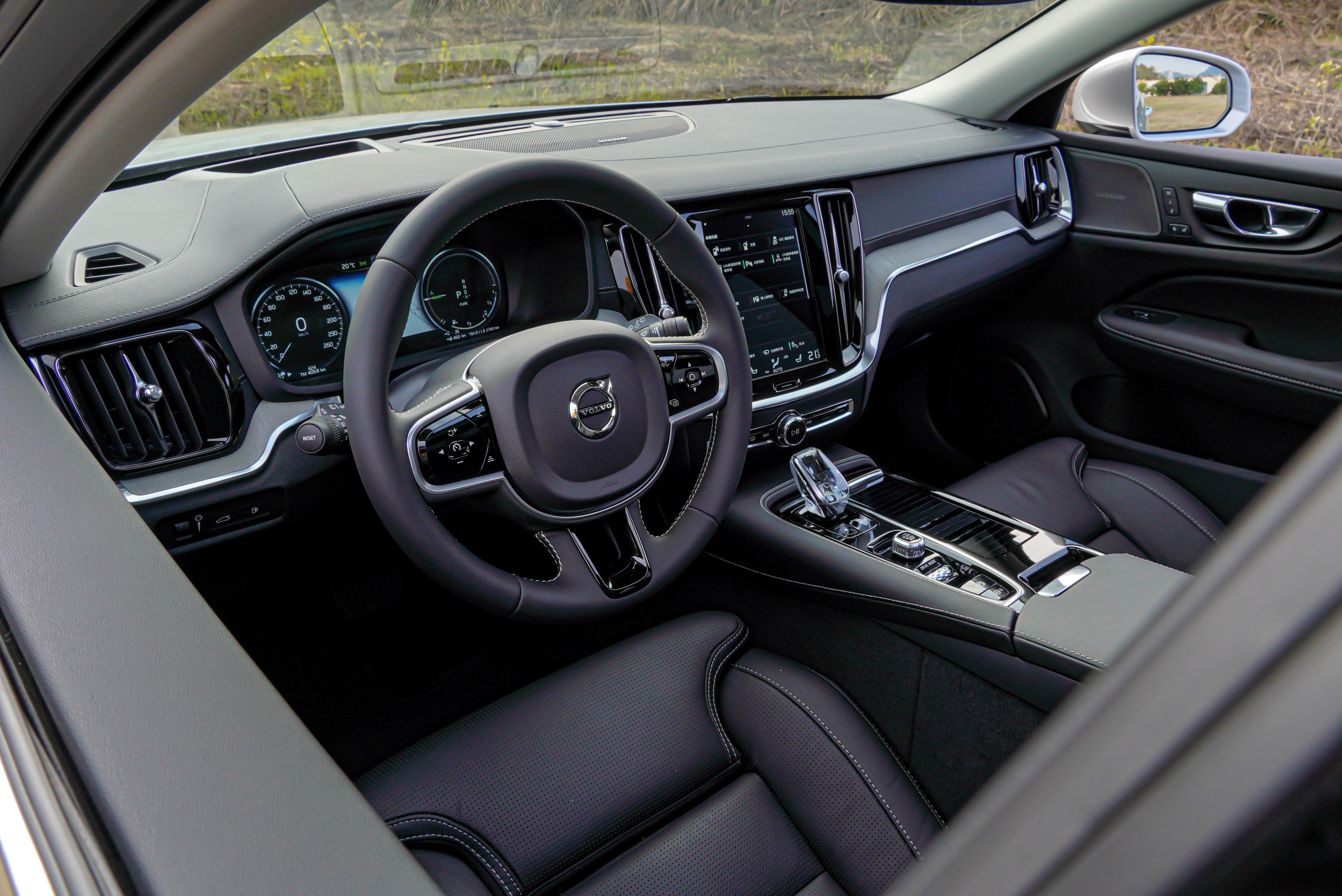 真皮銜覆鋁合金方向盤、Orrefors 水晶排檔桿頭、Driftwood 天然漂流木嵌飾內裝是 S60/V60 T6 Inscription 標配。