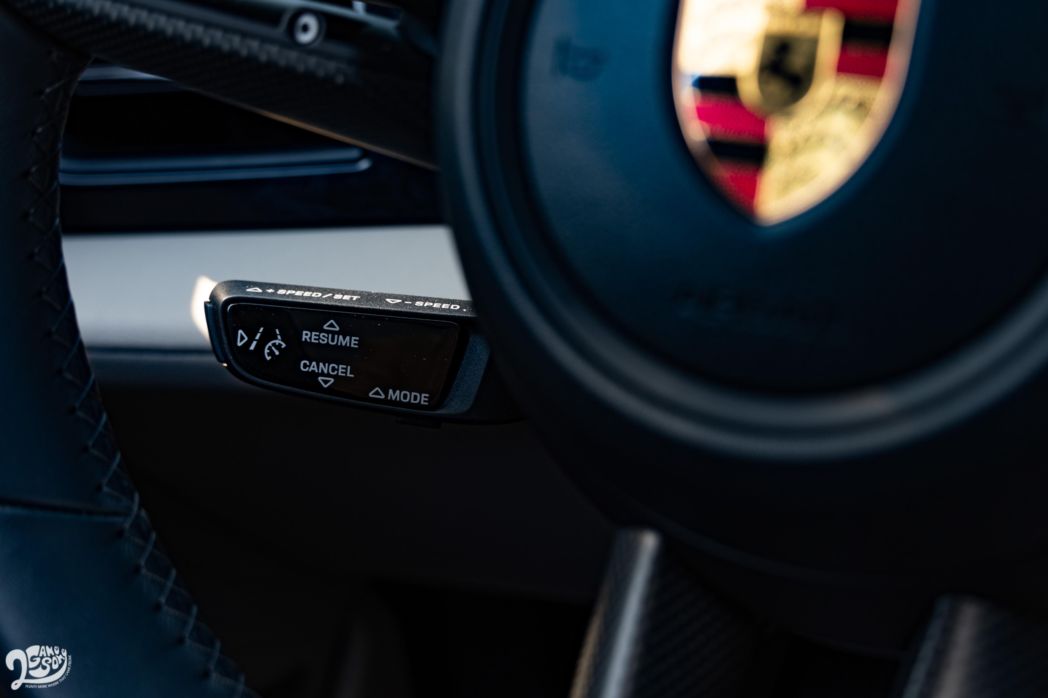 試駕車選配變換車道輔助系統及停車測距輔助系統。