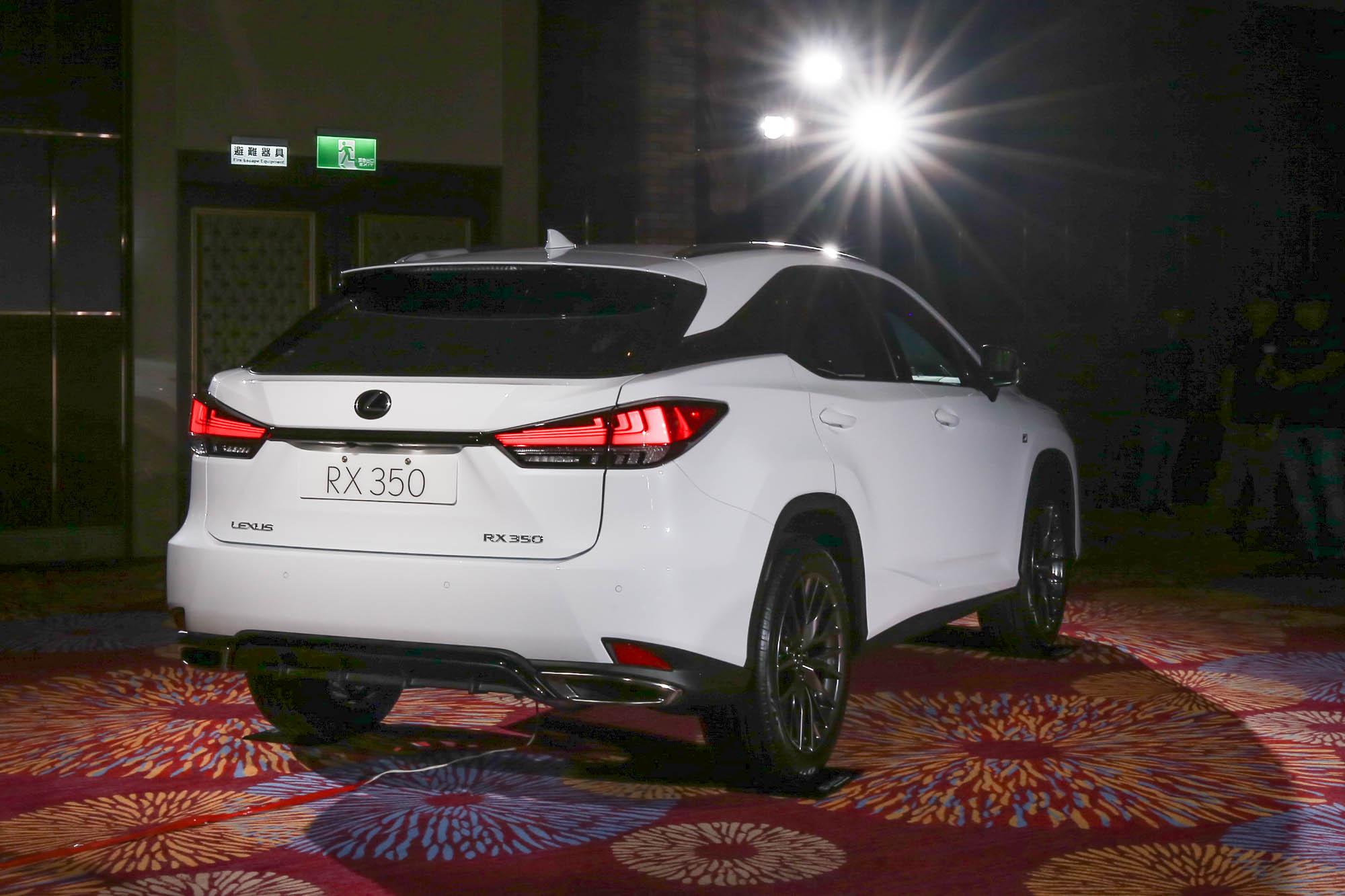 車尾引入類似 LS 車系的 L-Shaped LED 光條式尾燈設計