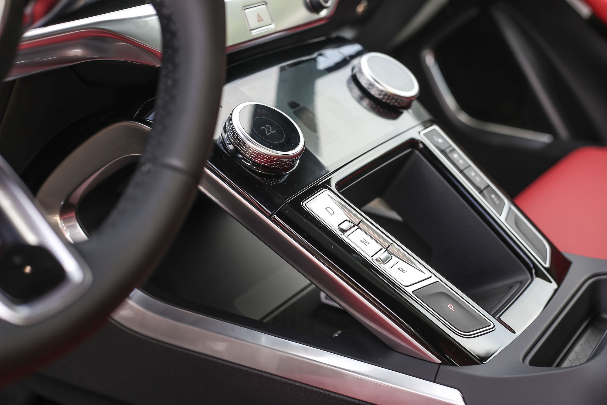 中控台的 10 吋螢幕與下方的 5 吋螢幕組成 Touch Pro Duo 觸控介面,操作邏輯上需要時間適應,但呈現的畫面質感相當出色。