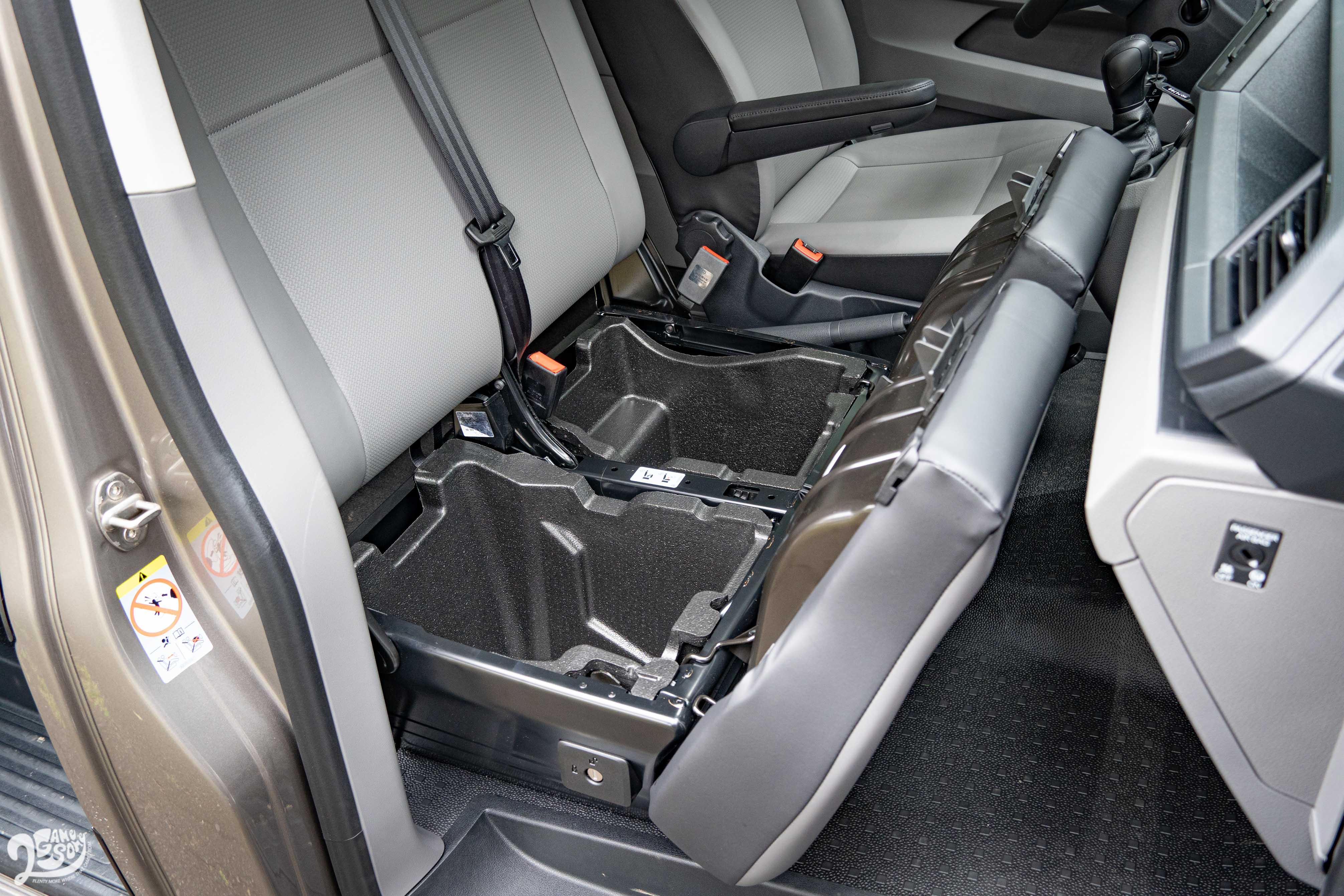 前座椅墊下方還有置物空間。