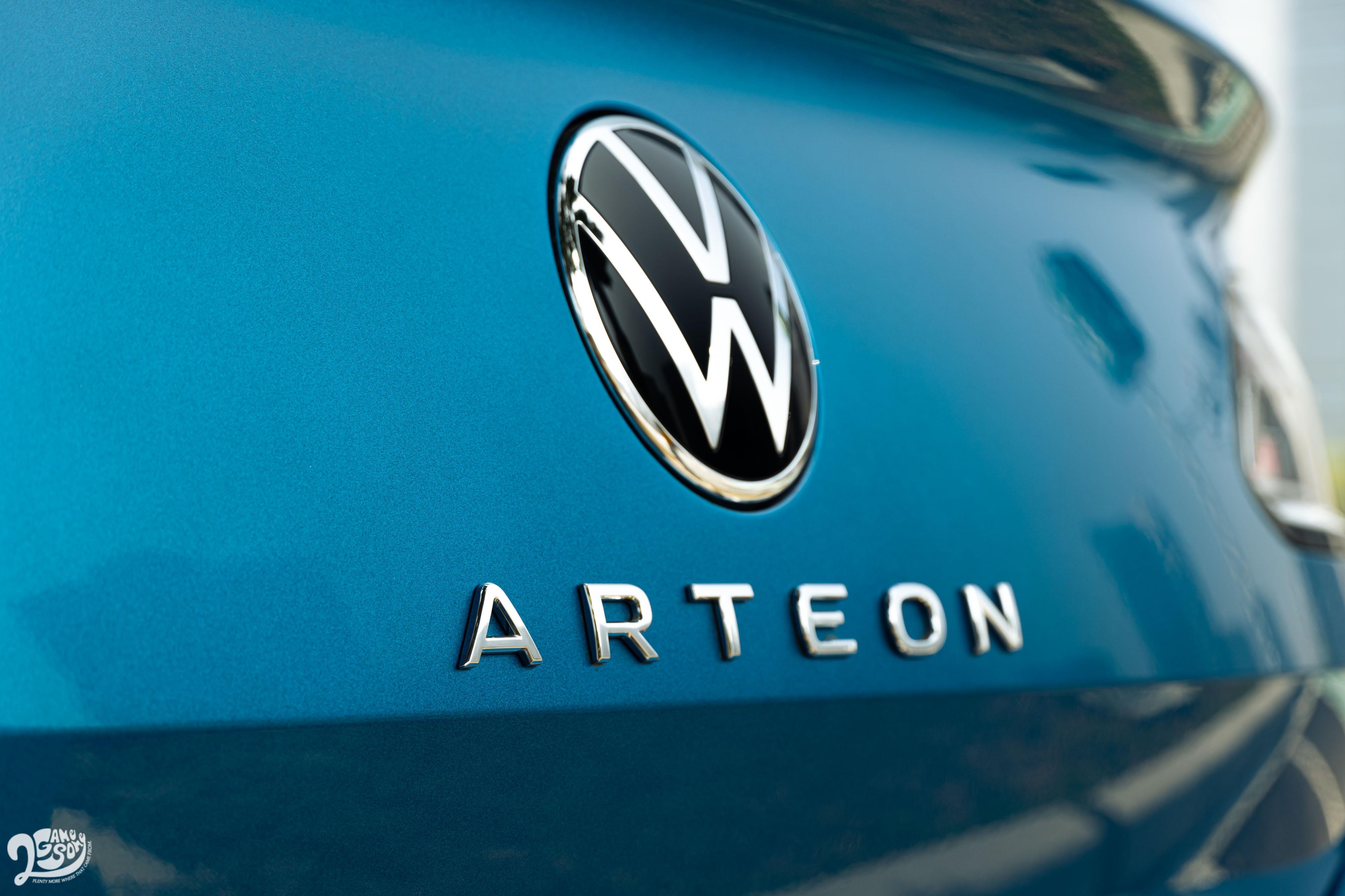 斗大車名安於尾廂蓋上,符合當前車壇設計潮流。