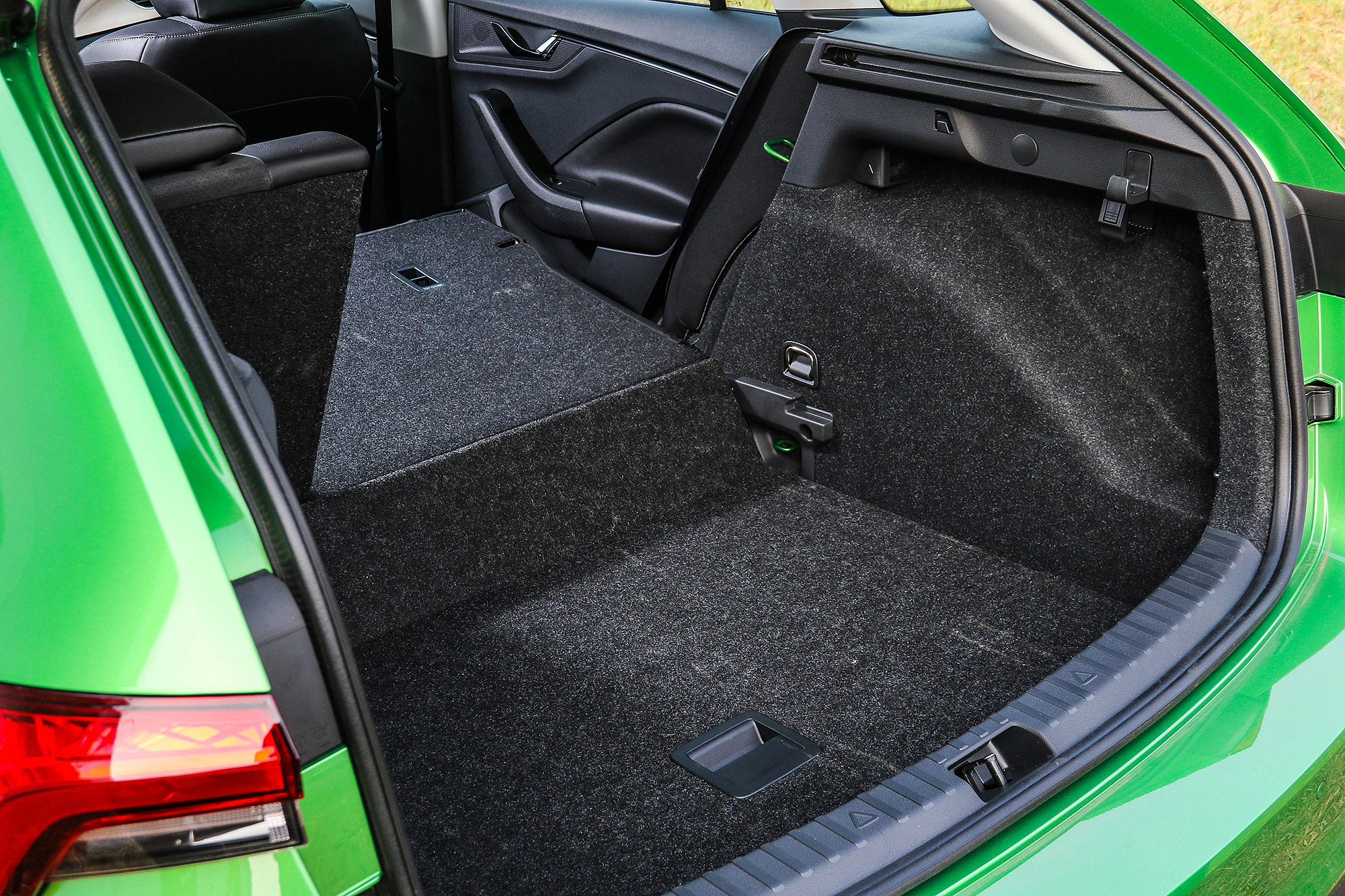 豪華版車型具有雙層式的行李廂底板。