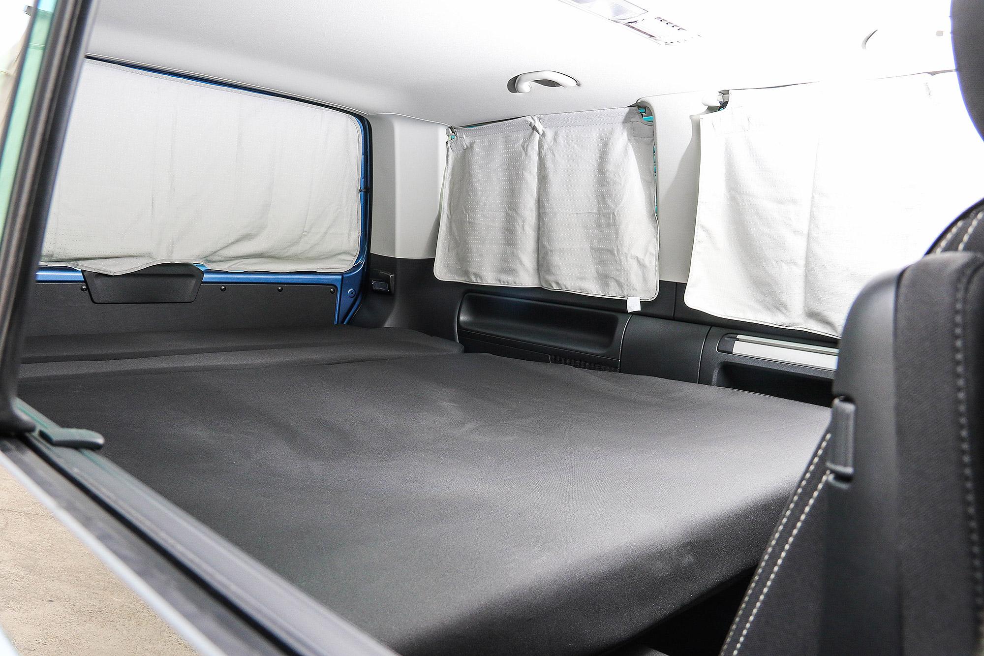 第三排座椅椅可向後打平,與車尾床架連成一張與車尾床架連成一張臥鋪。