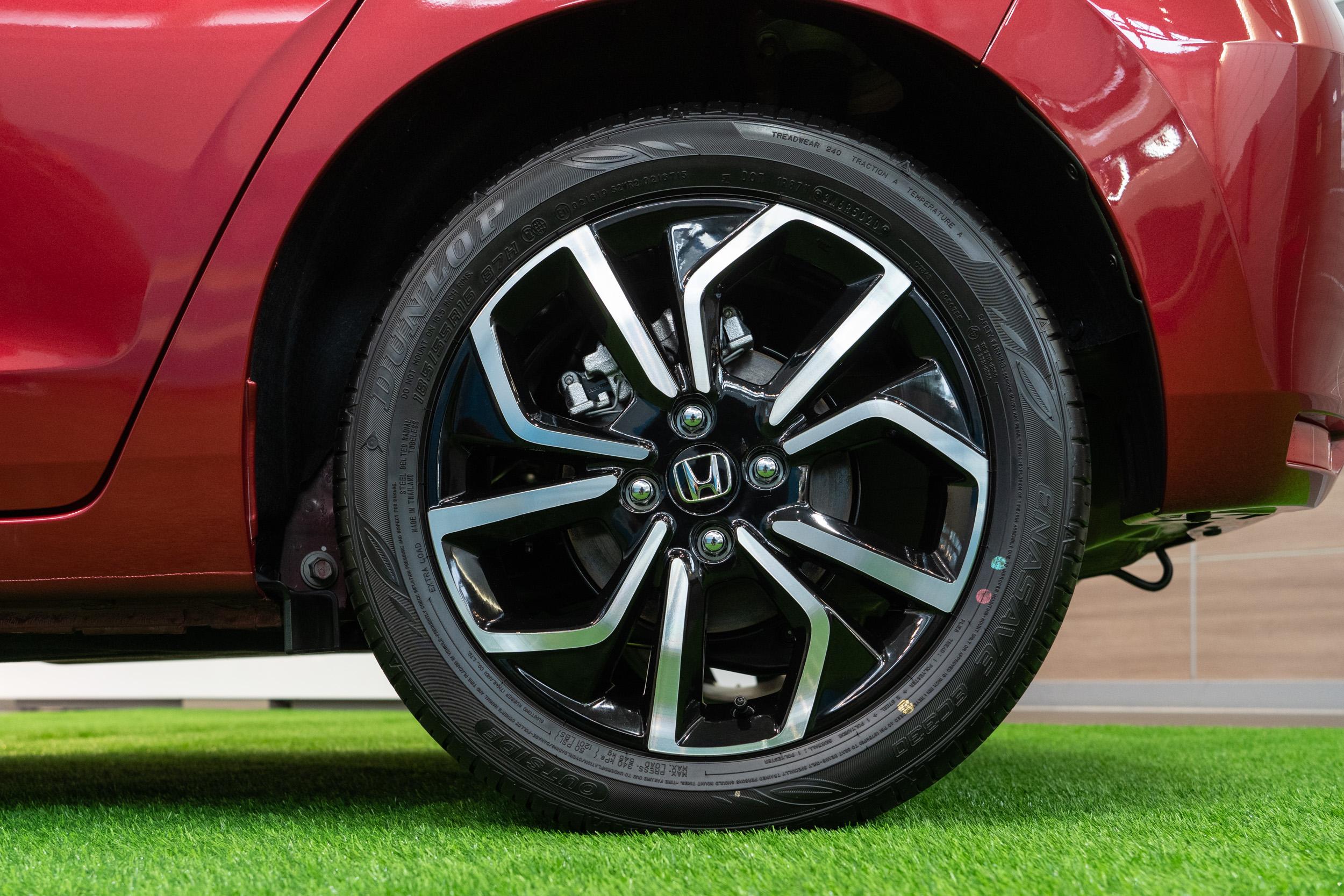 後煞車卡鉗的位置從過去的後軸後方改為後軸上方,減少煞車時重心轉移的程度,讓車身的煞車動態更為沈穩易控制。
